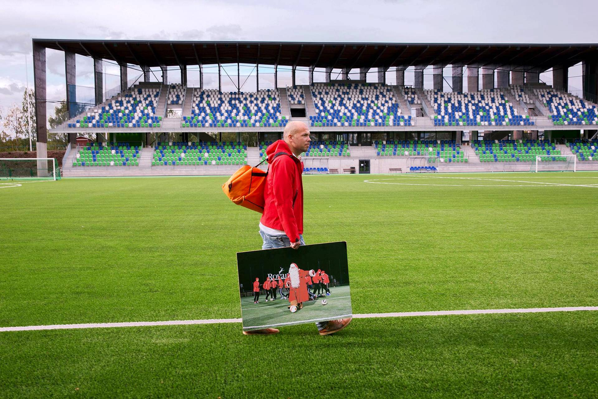 FC Santa Claus brändää itseään myös valokuvien voimin. Kuvissa yhdistyvät usein Lappi-kliseet ja jalkapallo. Juha Eteläinen aloitti joulupukin oman joukkueen brändäyksen vuonna 2010.