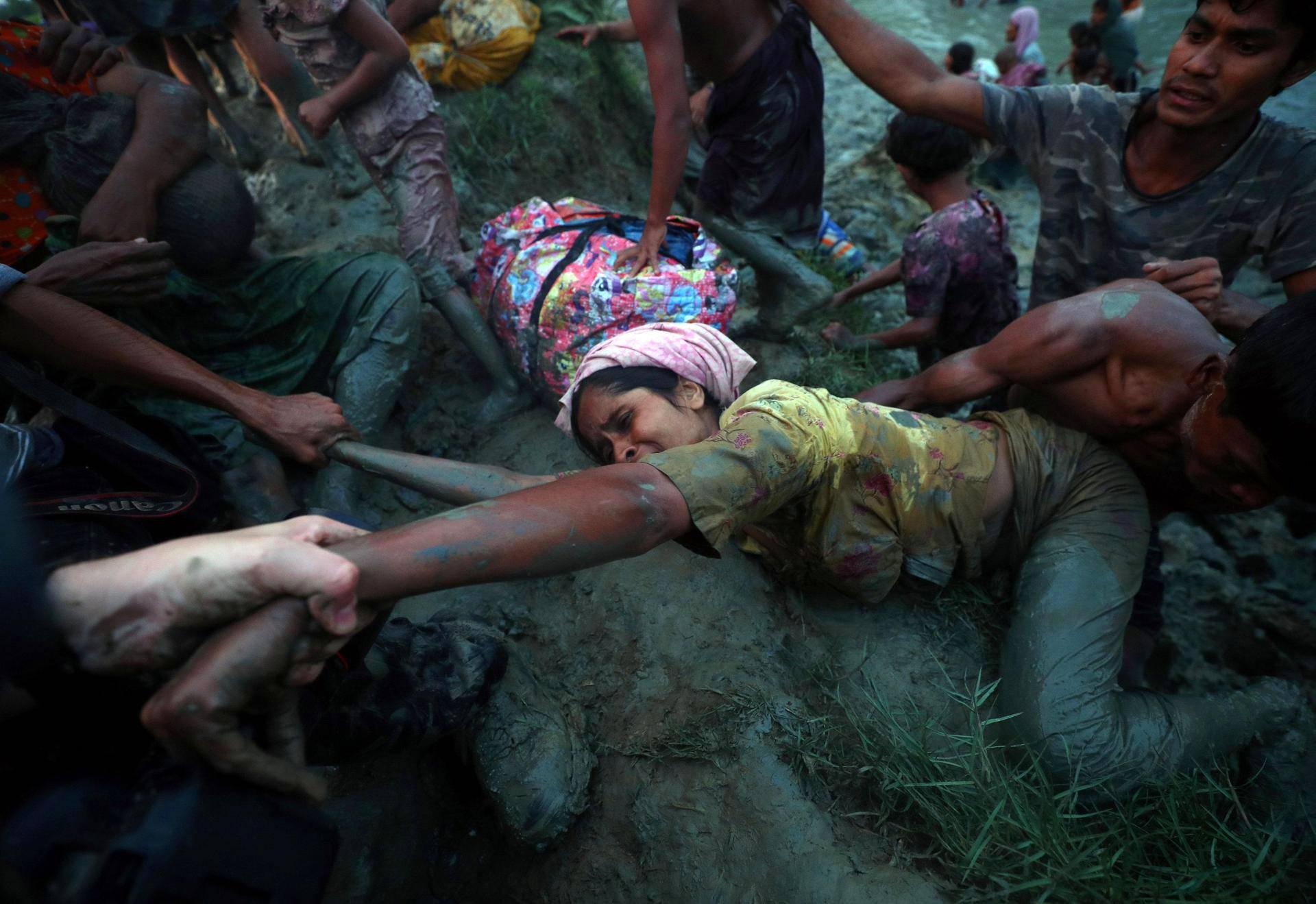Rohingya-pakolaisnaista autettiin ylös Naf-joen mudasta Myanmarin ja Bangladeshin rajalla Palong Khalissa keskiviikkona.