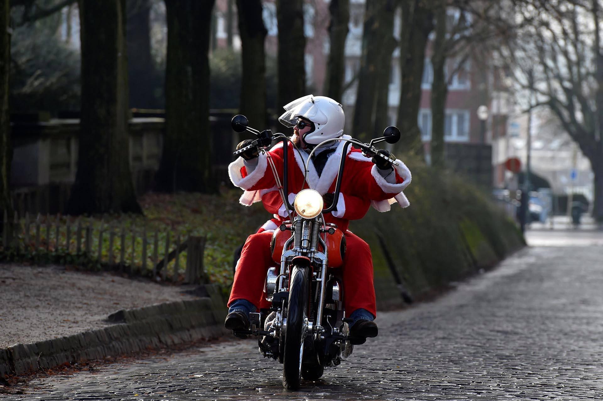 Brysselissä järjestettyyn joulutapahtumaan pukki saapui Harley Davidsonilla.