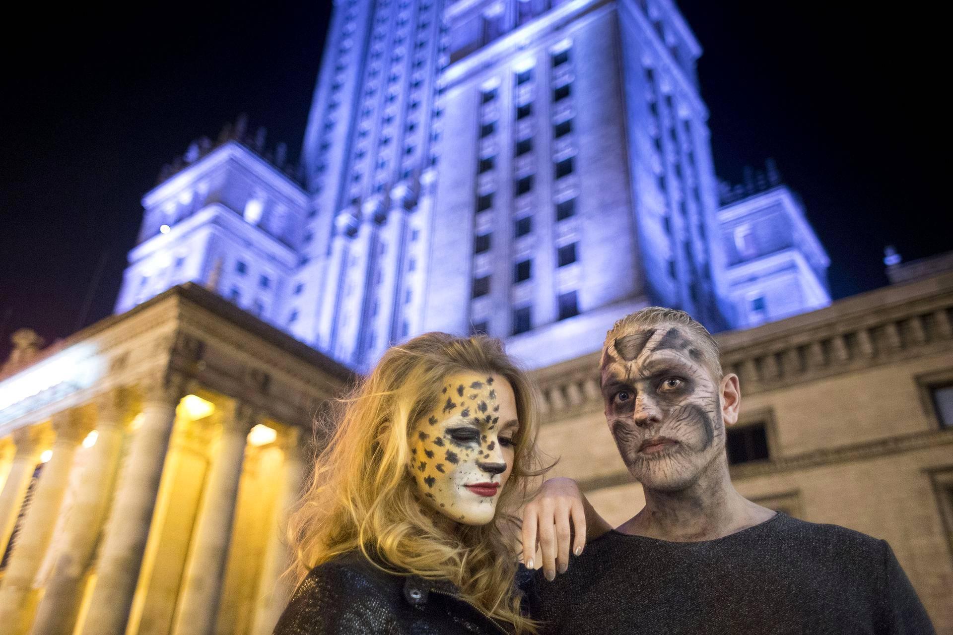 Pariskunta juhli halloweenia Varsovassa Puolassa.