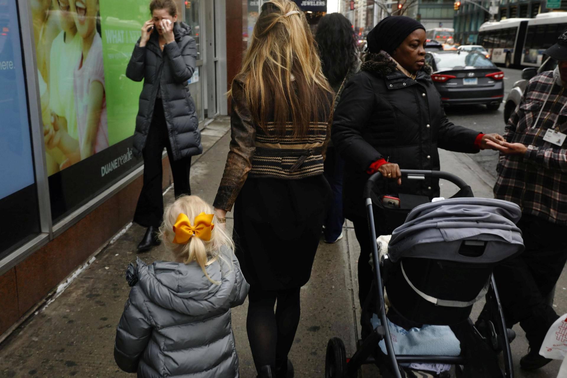 Ihmisiä New Yorkin kadulla torstaina.