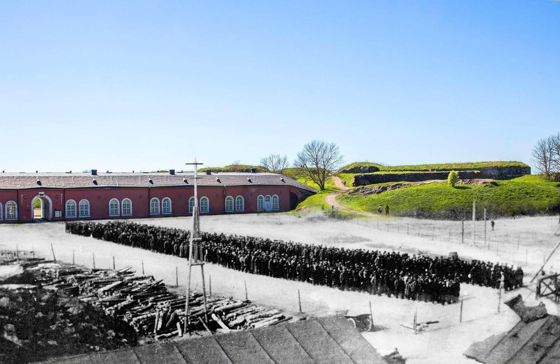Punavankeja Suomenlinnan Susisaaressa kasarmi seitsemän edessä. Kesällä 1918 otettuun valokuvaan on yhdistetty samasta paikasta sata vuotta myöhemmin otettu kuva. Kaikki tämän kirjoituksen kuvat on tehty samalla tavalla.