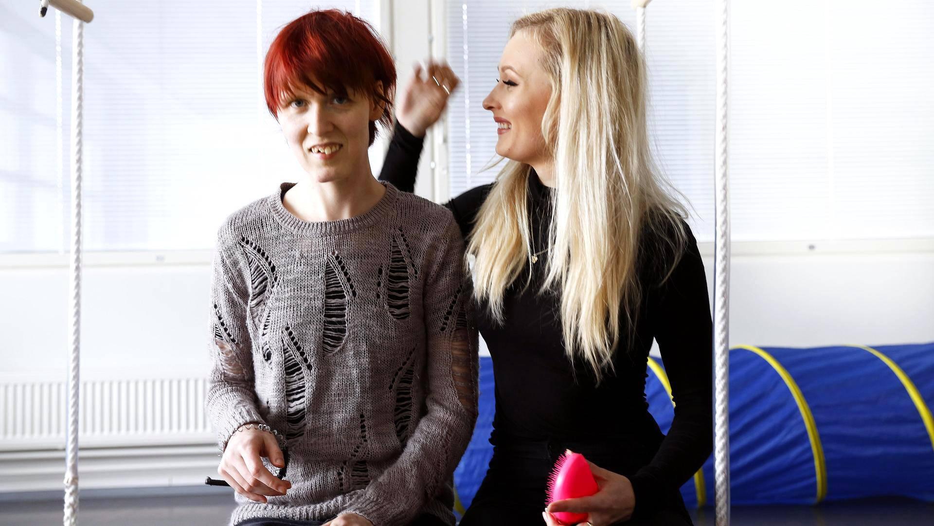 Ninnu Parmaa (vas.) ja Fanni Parmaa yhdistää rakkaus kauniisiin asioihin. Vieraillessaan Ninnun luona Fanni harjaa usein tämän hiukset.