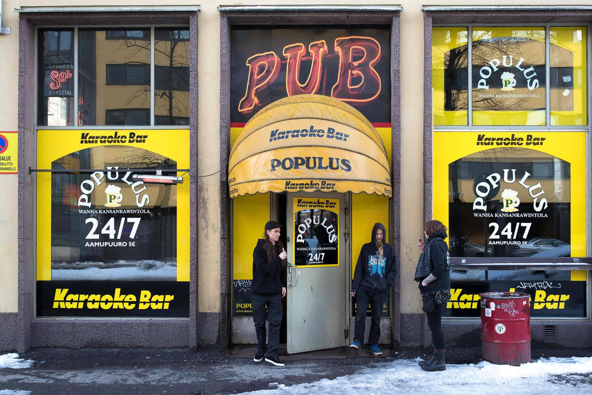 Populuksessa on tupakkakoppi, mutta osa asiakkaista kävi tupakalla baarin edustalla. Populus mainostaa myös viiden euron aamupuuroja.