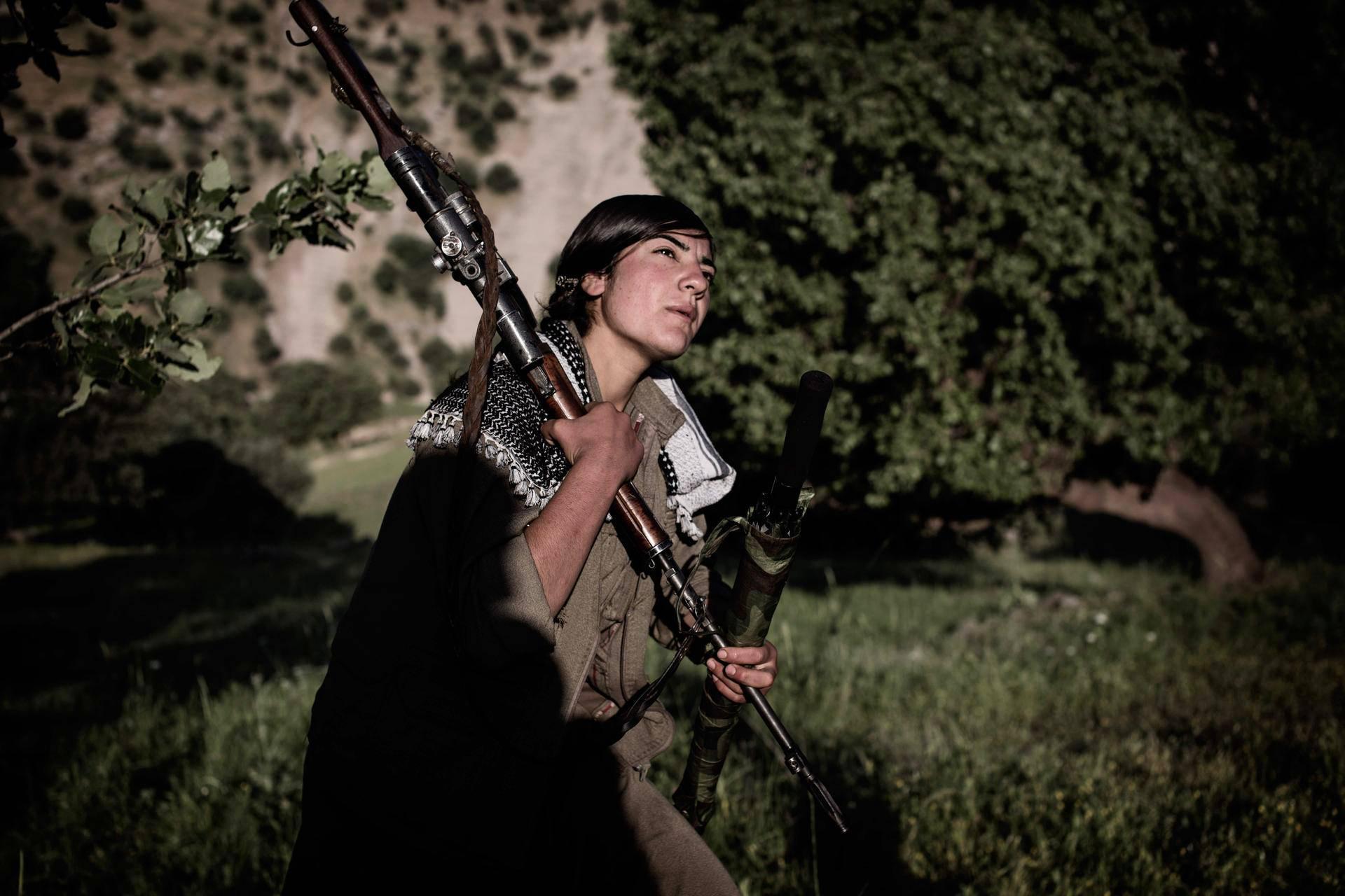 Syyrialainen kurdi Tajin on tarkka-ampuja. Hän palaa aamupartiolta. Mukana on maastokuvioinen sateenvarjo, jonka alle voi piiloutua turkkilaisilta valvontalennokeilta.