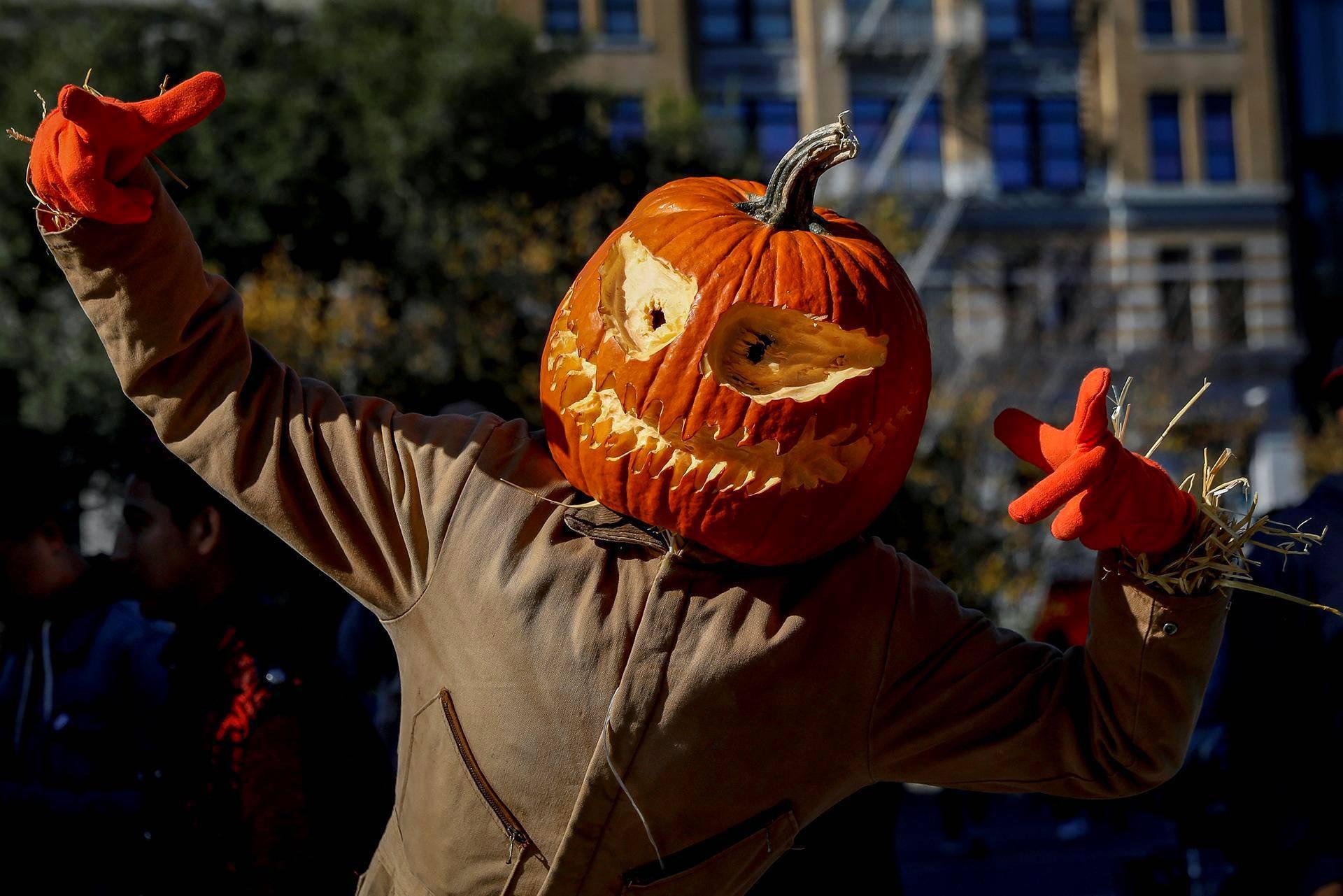 Halloween-juhlija pukeutui kurpitsaan New Yorkissa.