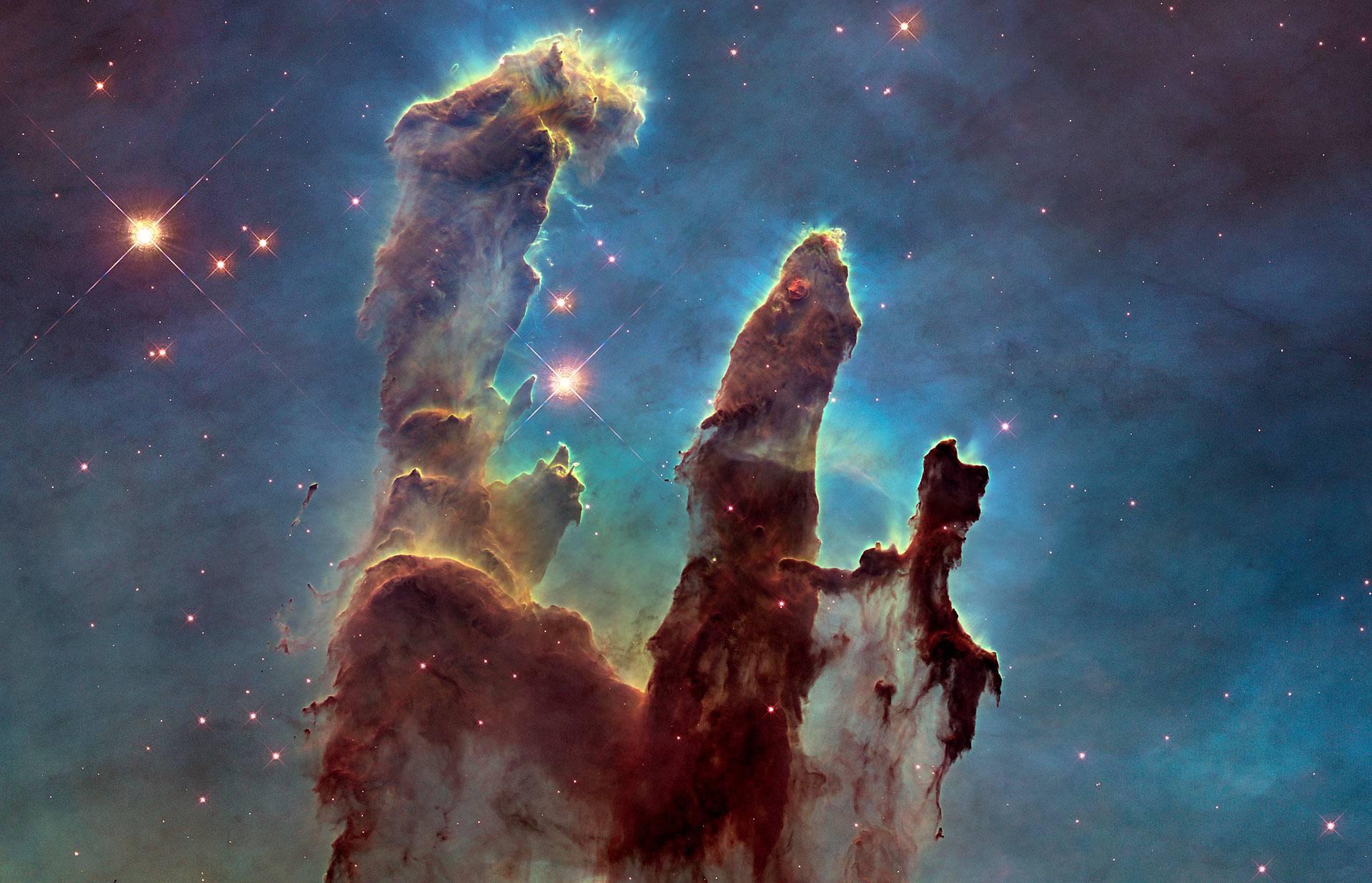Hubblen kuuluisin kuva Luomisen pilarit Kotkasumussa.