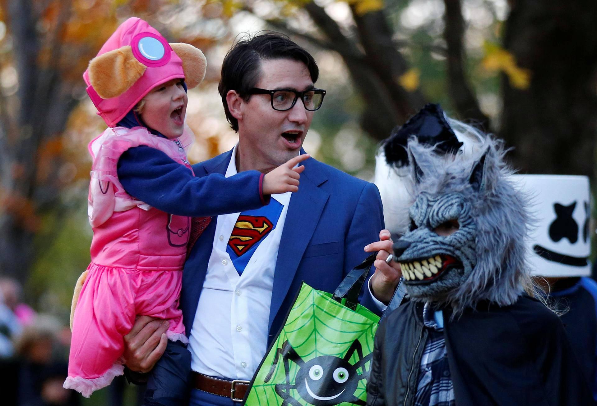 Kanadan pääministeri Justin Trudeau kantoi lastaan Hadrienia halloween-juhliin Ottawassa Ontariossa.