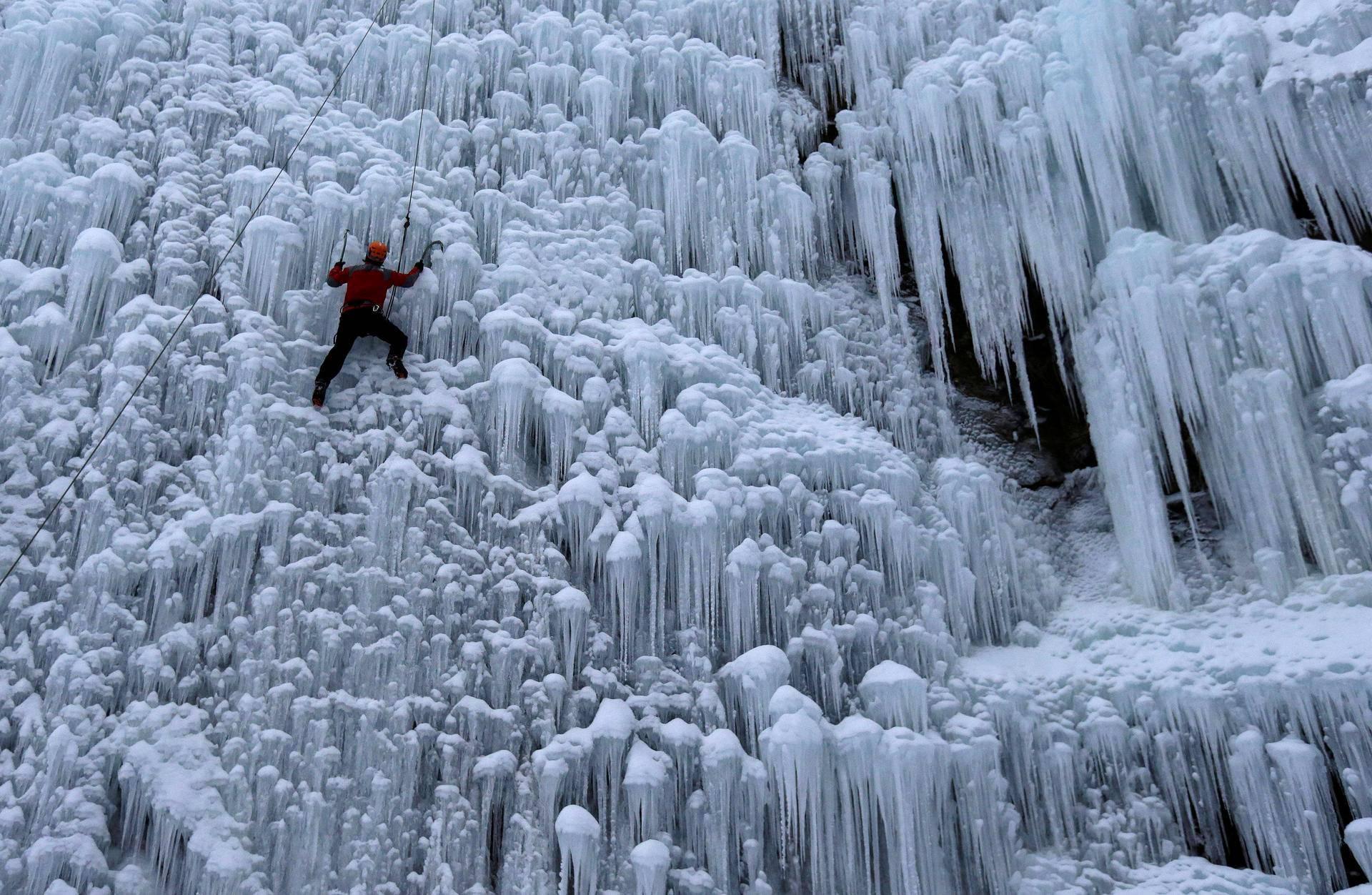Tšekin Liberecissa voi harrastaa kiipeilya jäästä rakennetulla seinällä.