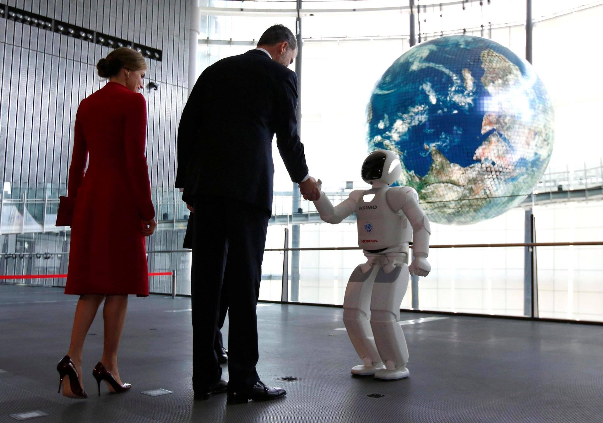 Espanjan kuningas Felipe ja kuningatar Letizia kättelivät Hondan humanoidirobotti Asimoa Tokiossa.