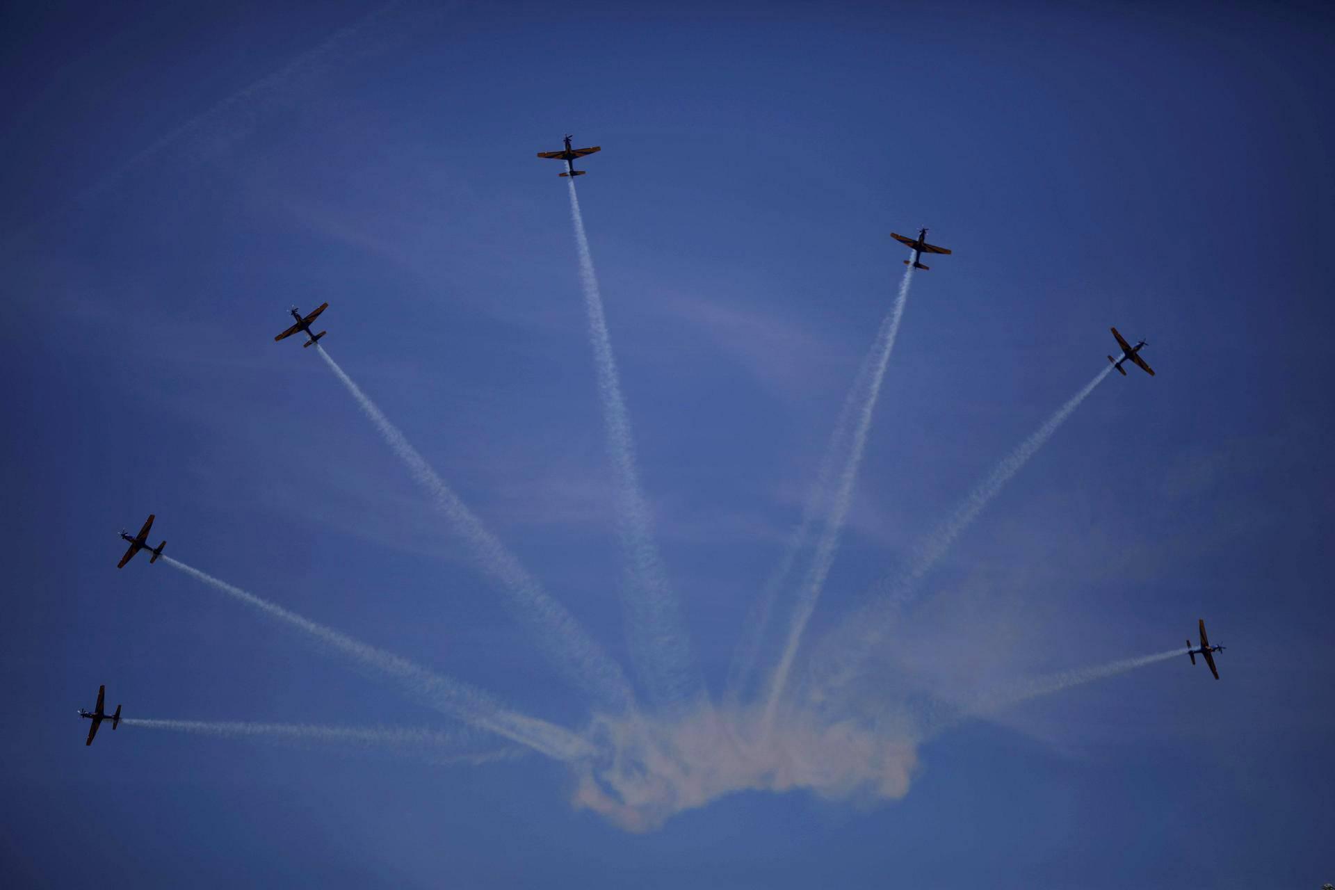 Brasilian ilmavoimien koneet tekevät viuhkakuviota ilmailunäytöksessä, joka liittyy torstaina vietettävään itsenäisyyspäivään pääkaupunki Brasiliassa.