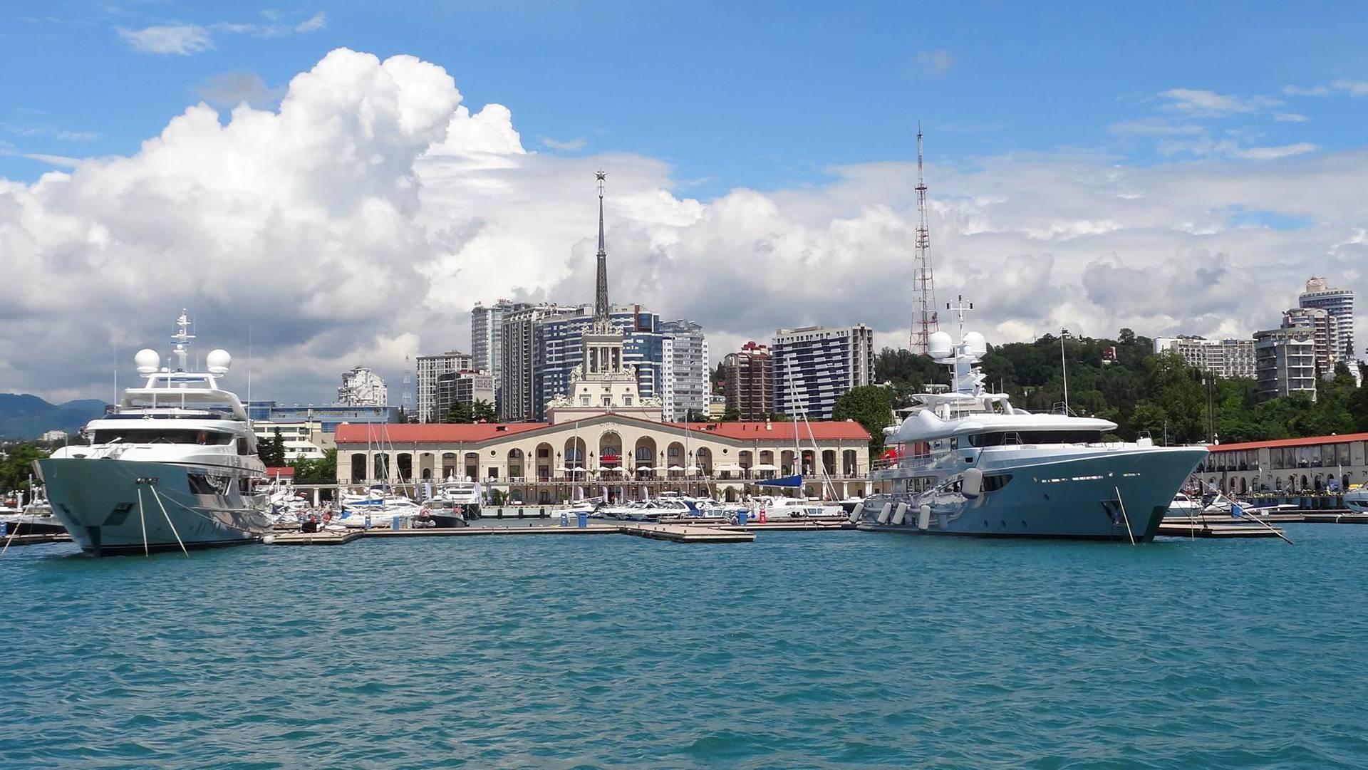 Sotšin satamaterminaali on rakennettu 1955, ja se edustaa Stalinin ajan arkkitehtuuria.
