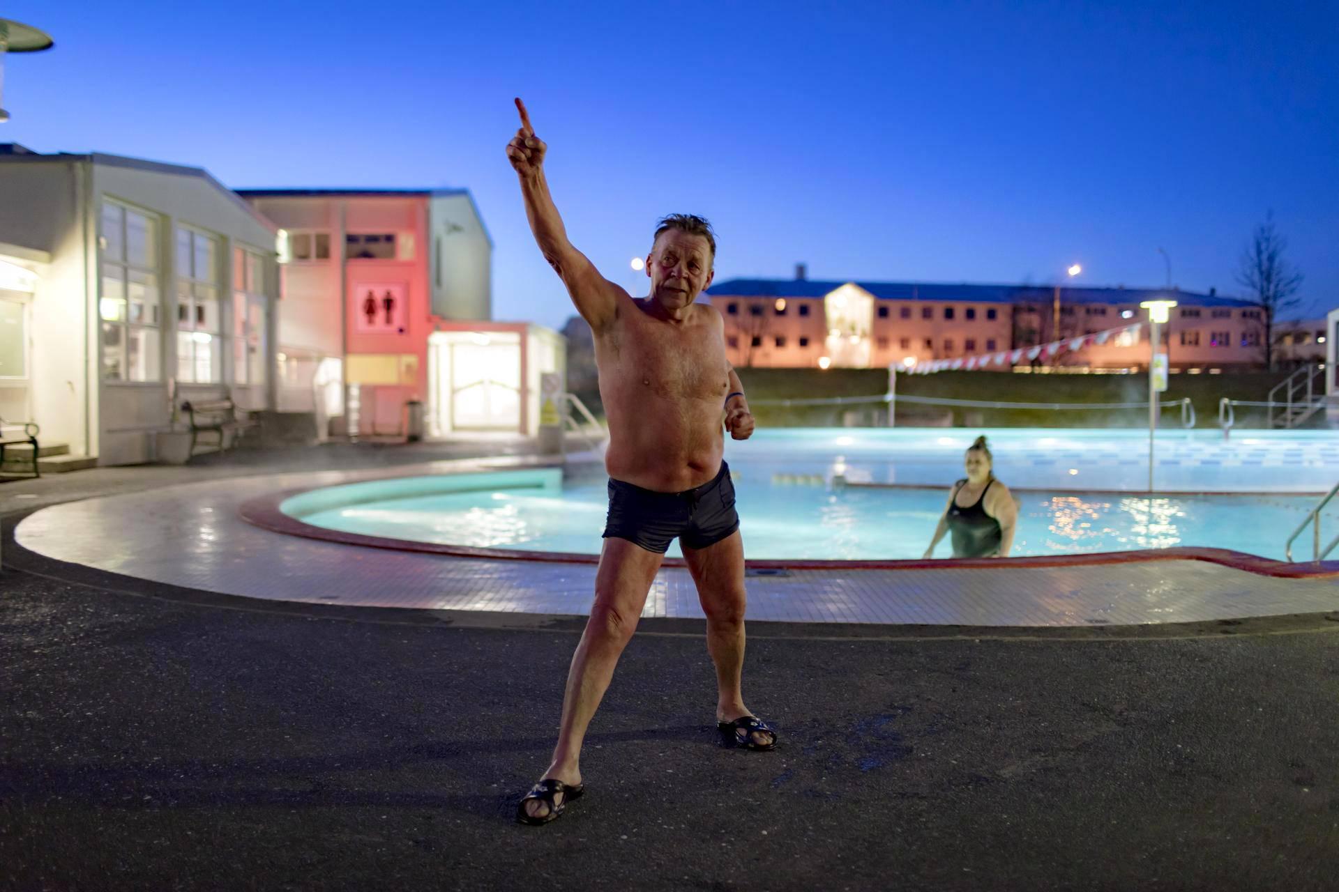 Reykjavíkin Vesturbæjarlaugin uimalassa käy joka aamu porukka, joka kutsuu itseään Thorin ystäviksi. Aamujumpan vetää Halldór Bergmann.