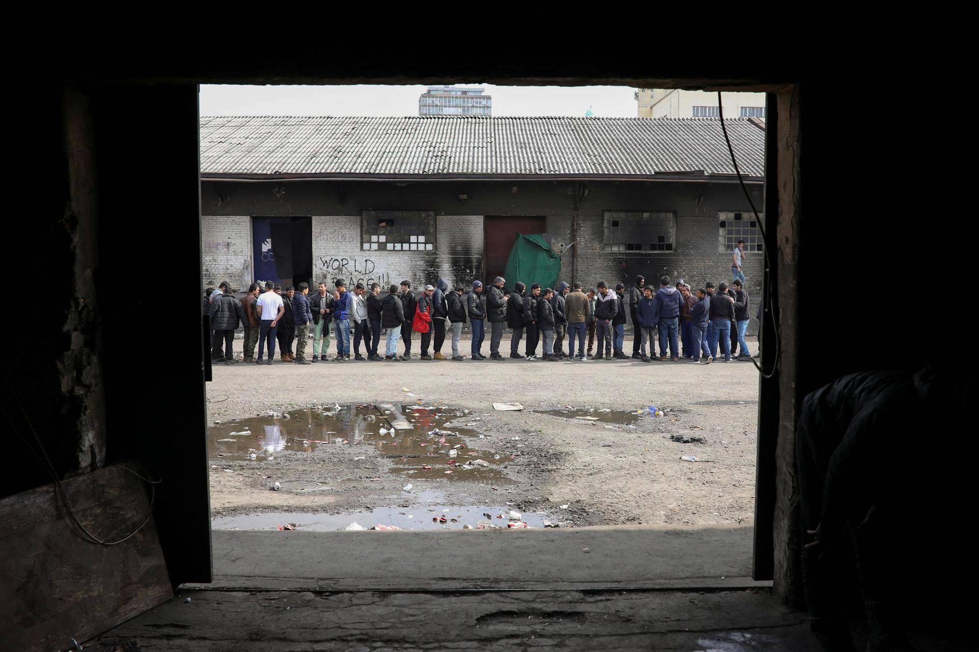 Serbiaan päätyneet siirtolaiset odottivat jonossa ruoka-apua varastoalueella Belgradissa torstaina.