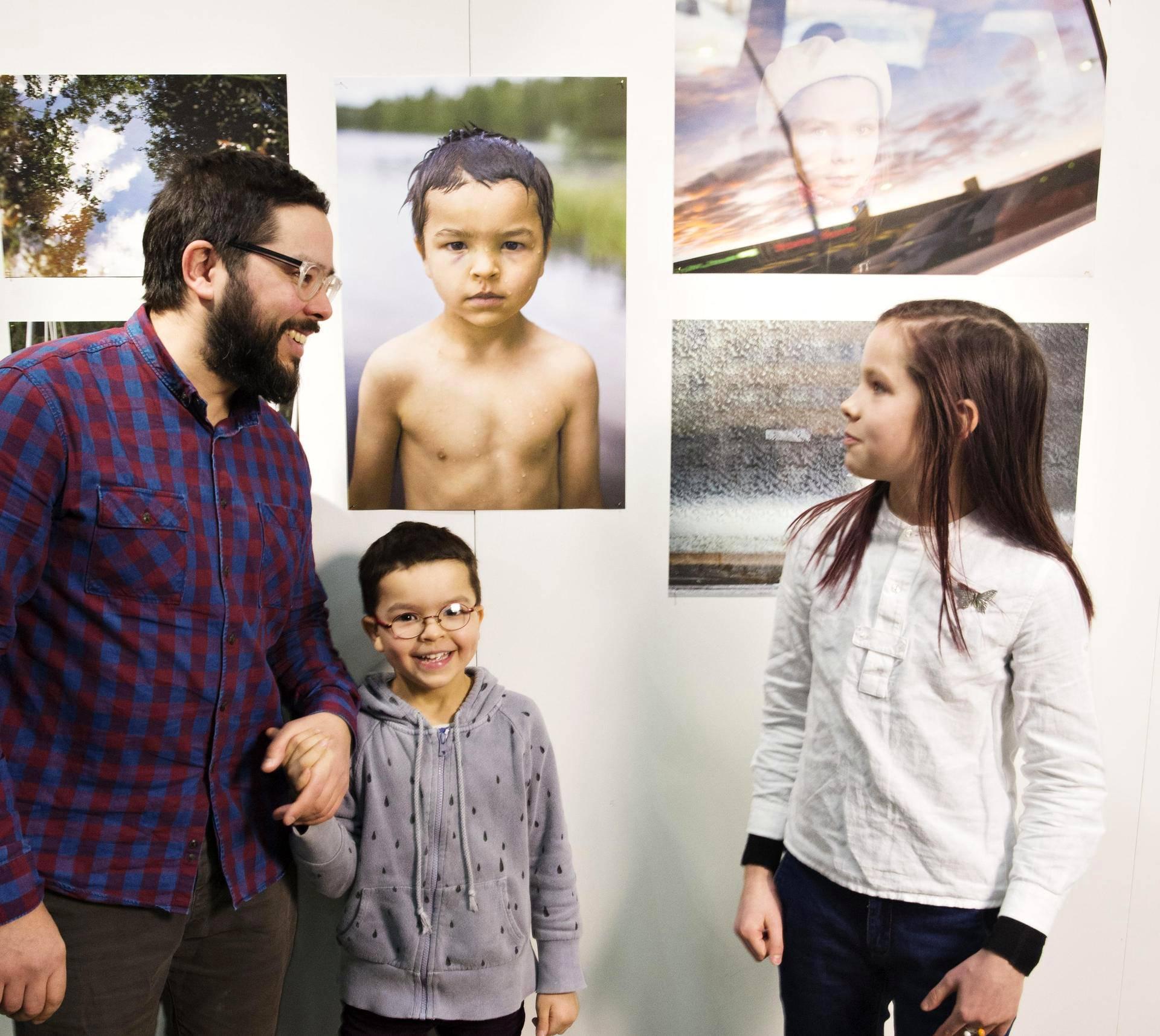 Valokuvaaja Yehia Eweis toi lapsensa ja mallinsa Valon ja Villan palkinnon julkistamistilaisuuteen.