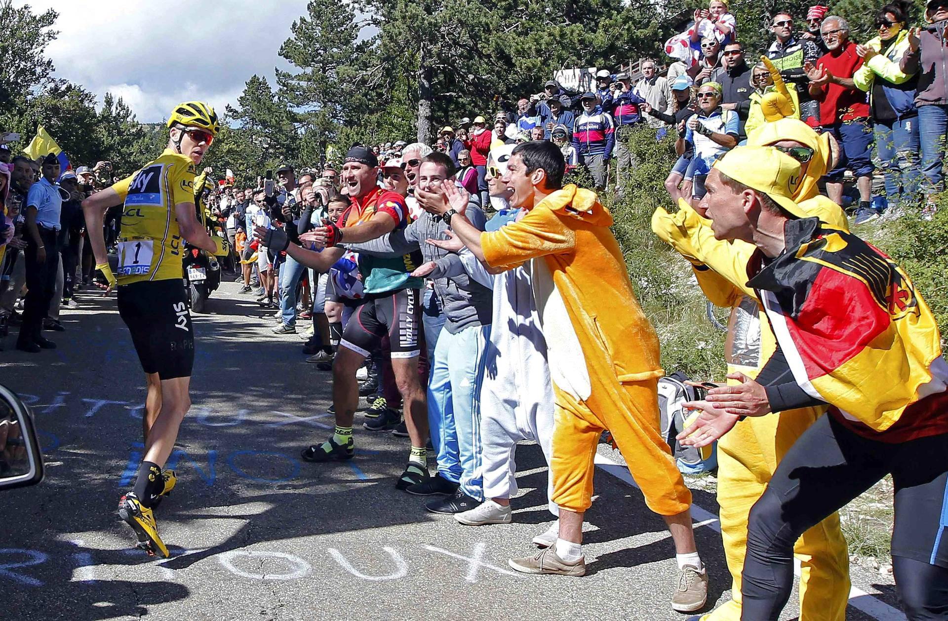 Viime vuoden urheilukuvaksi Ranskassa valittiin tämä heinäkuussa otettu kuva, jossa pyöräilyn Ranskan ympäriajoa johtanut Chris Froome jatkoi matkaansa kaatumisen jälkeen jalkaisin.