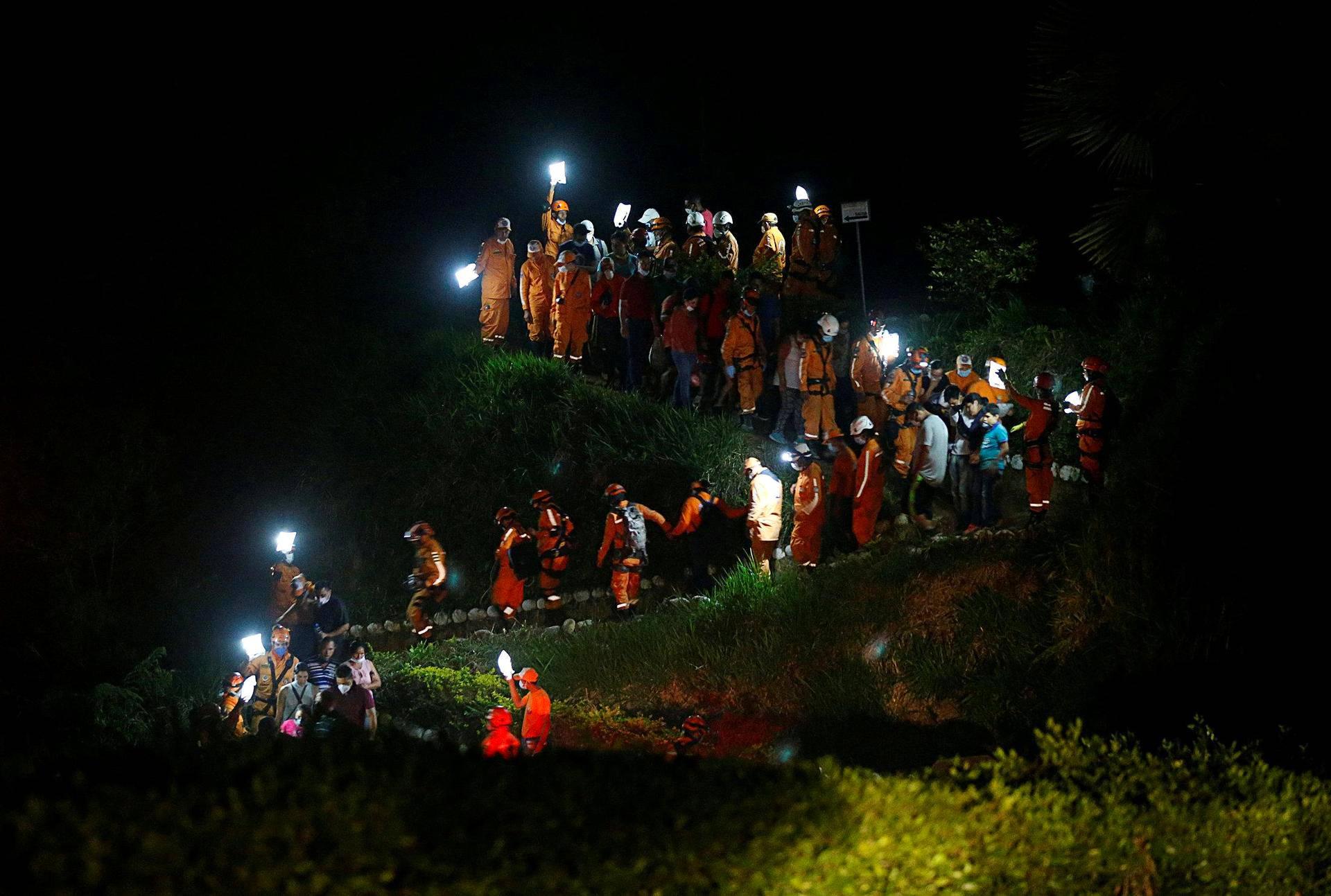 Hautajaissaattue käveli mäkeä alas Mocoassa Kolumbiassa, jossa rankkasateiden aiheuttamat tulvat ja mutavyöryt tappoivat yli 250 ihmistä.