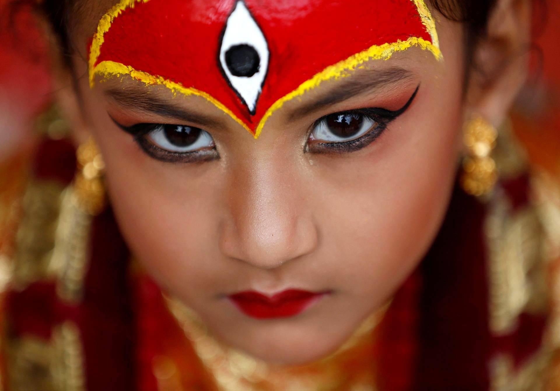 Kumari-jumalattareksi sonnustautunut tyttö poseeraa Nepalin Katmandussa maanantaina. Kumari Puja -juhlassa lapset puetaan jumalattaren tapaan, minkä uskotaan tuovan heille terveyttä.