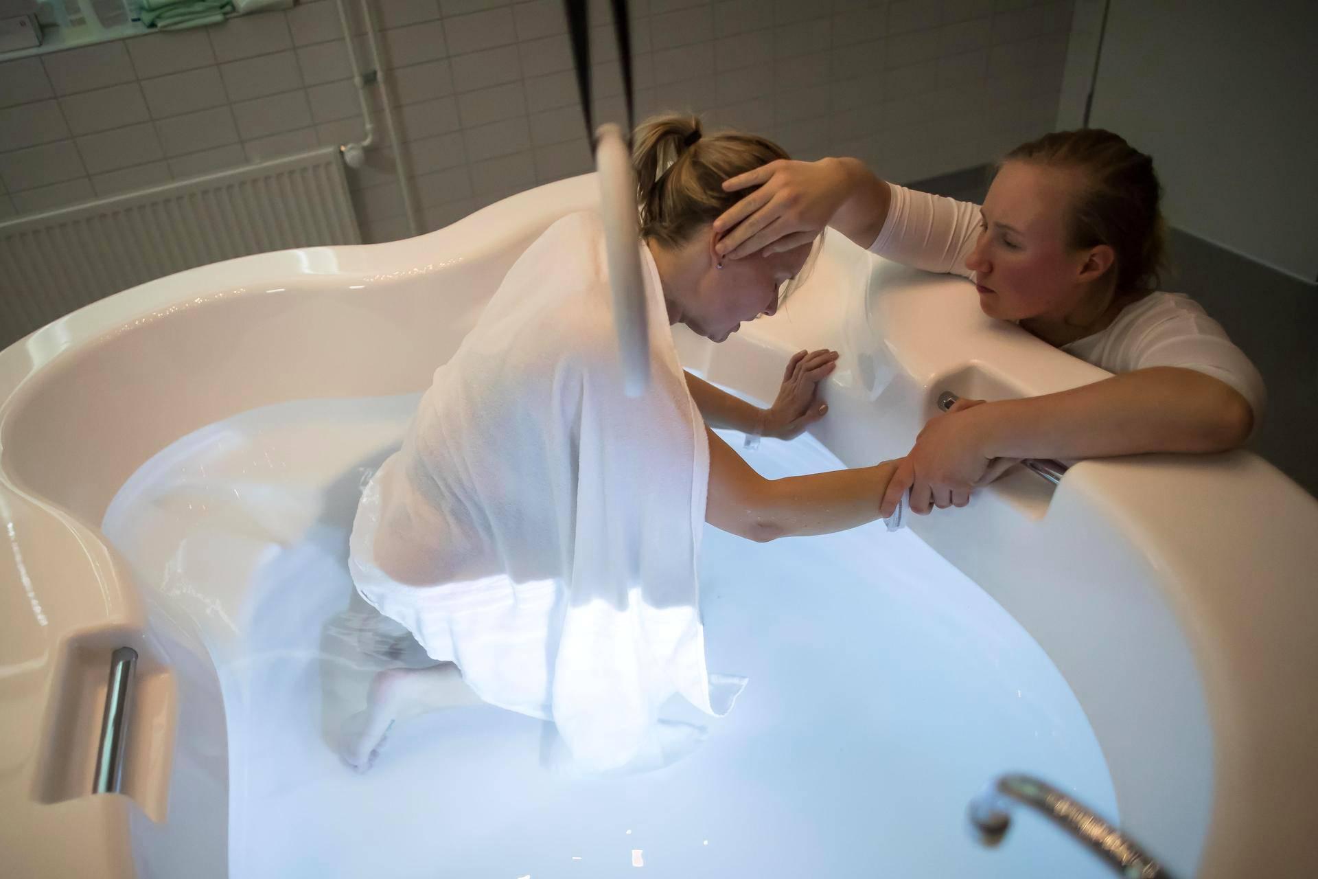 Doula Krista Katainen kannustaa ja lohduttaa Erikaa, kun kipu alkaa muuttua sietämättömäksi.