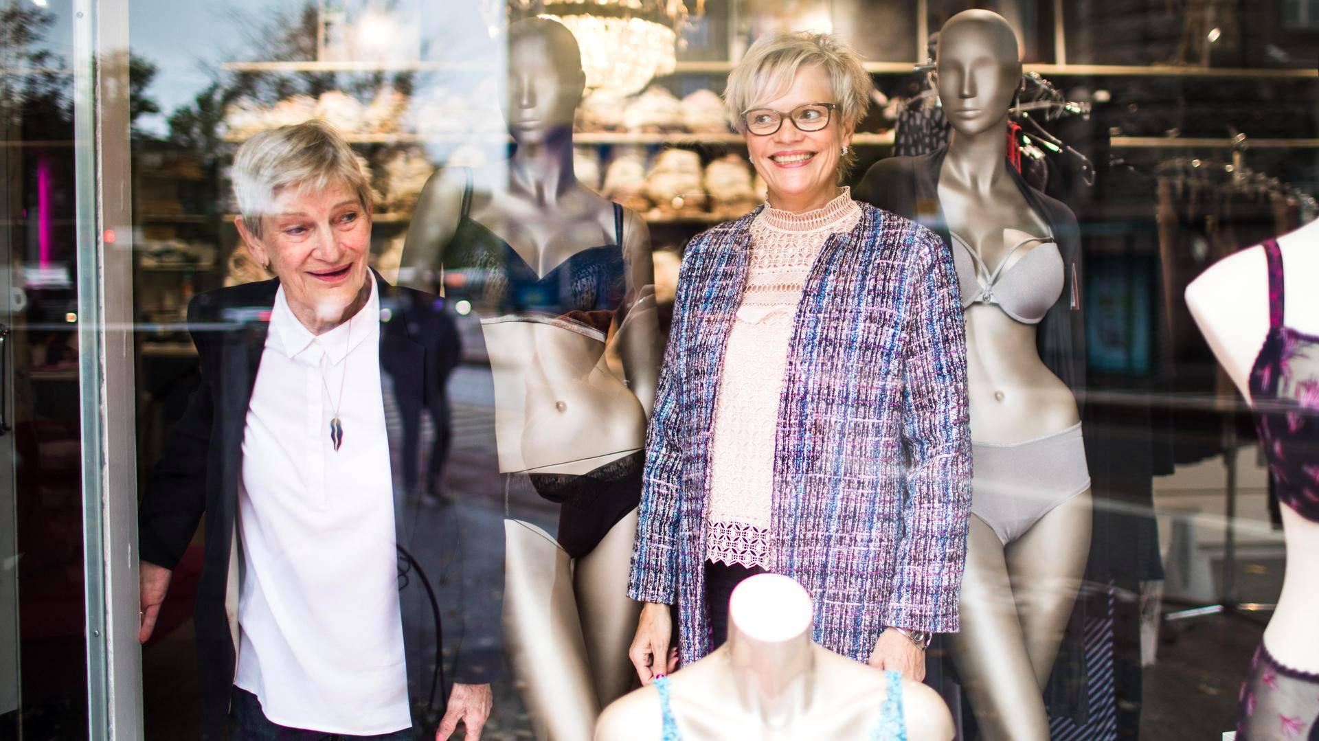 Marja-Liisa Eronen (vas.) myi Wiipurin korsetin tyttärelleen Anu Niemelle vuonna 2016. Nykyisin Eronen kutsuu itseään liikkeen kiireapulaiseksi.