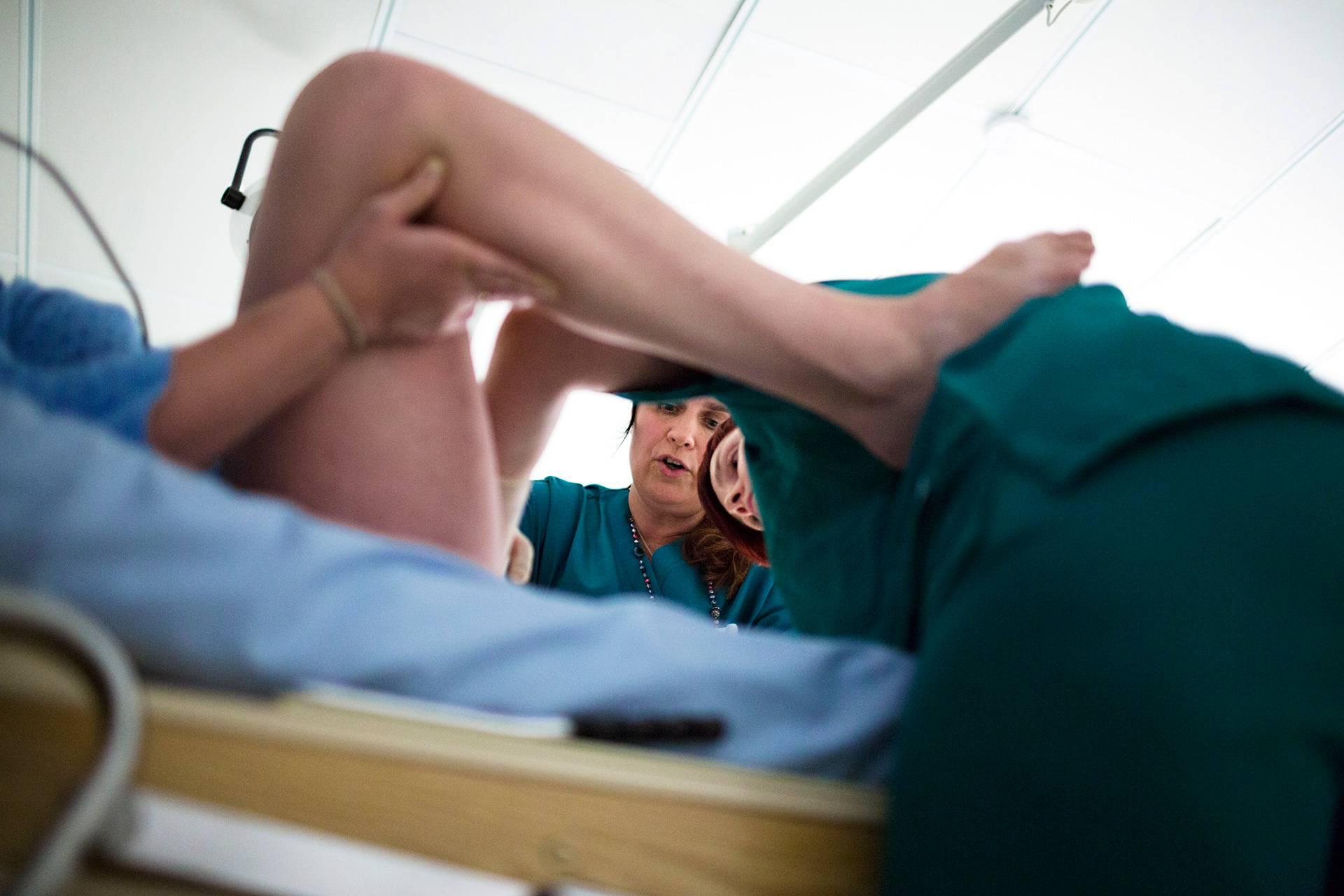 Kätilö Sanna Palmu (vas.) ja kätilöopiskelija Auli Pöysti tutkivat, kuinka pitkällä synnytys on.