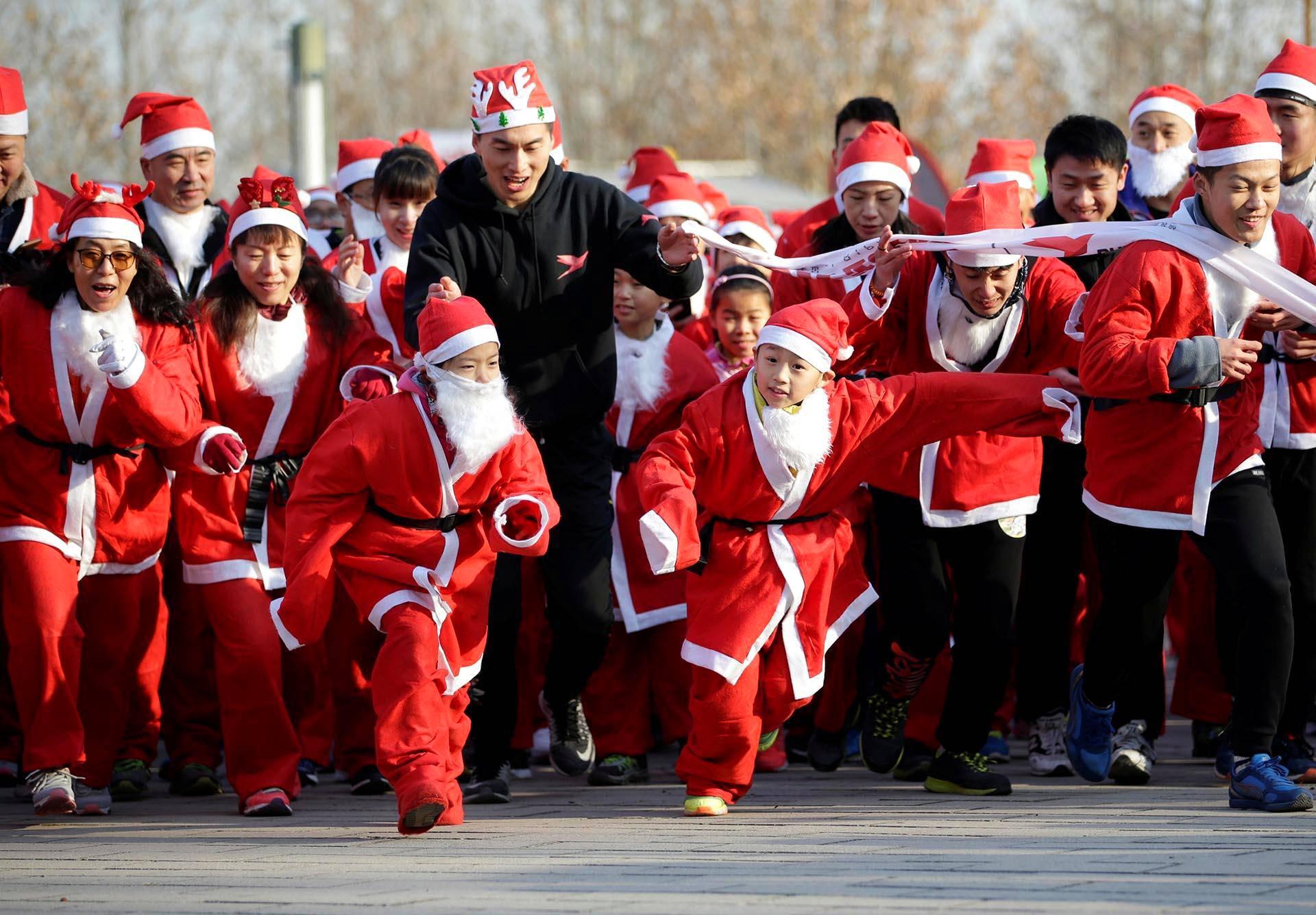 Pienimmät pukit starttasivat eturivistä Pekingin joulupukkijuoksussa.