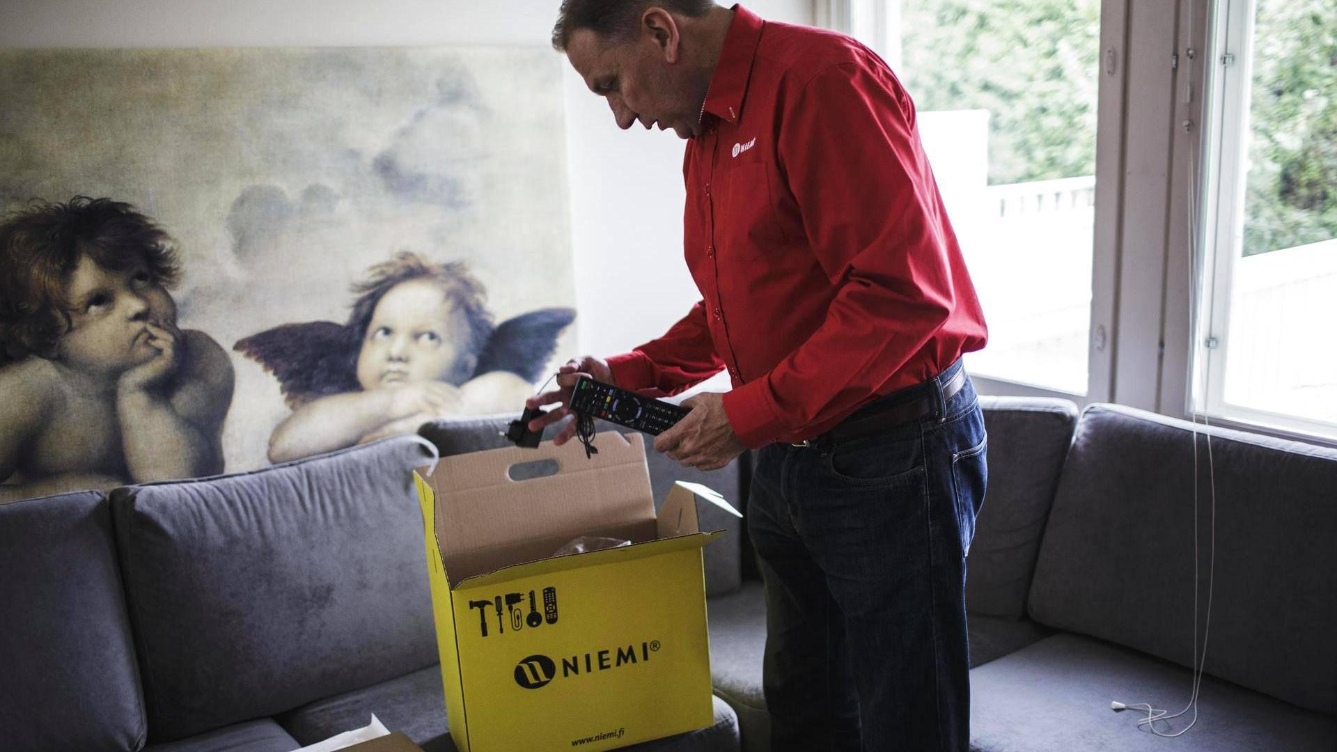 Juha Niemi pakkaa keltaiseen huomiolaatikkoon kaikki tärkeät pikkutavarat, kuten uuden kodin avaimet.