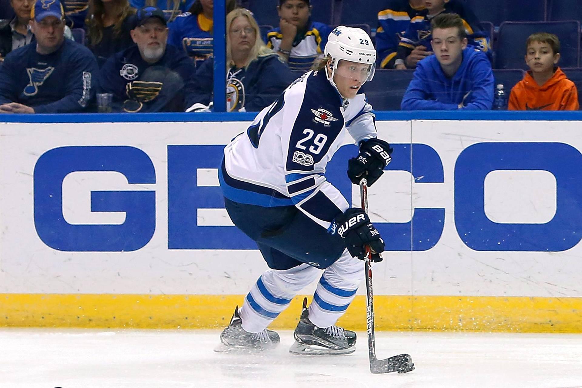 Winnipeg Jetsin suomalaistähti Patrik Laine valittiin ottelun ykköstähdeksi, kun hän teki kaksi maalia NHL-liigan ottelussa St. Louis Bluesia vastaan.