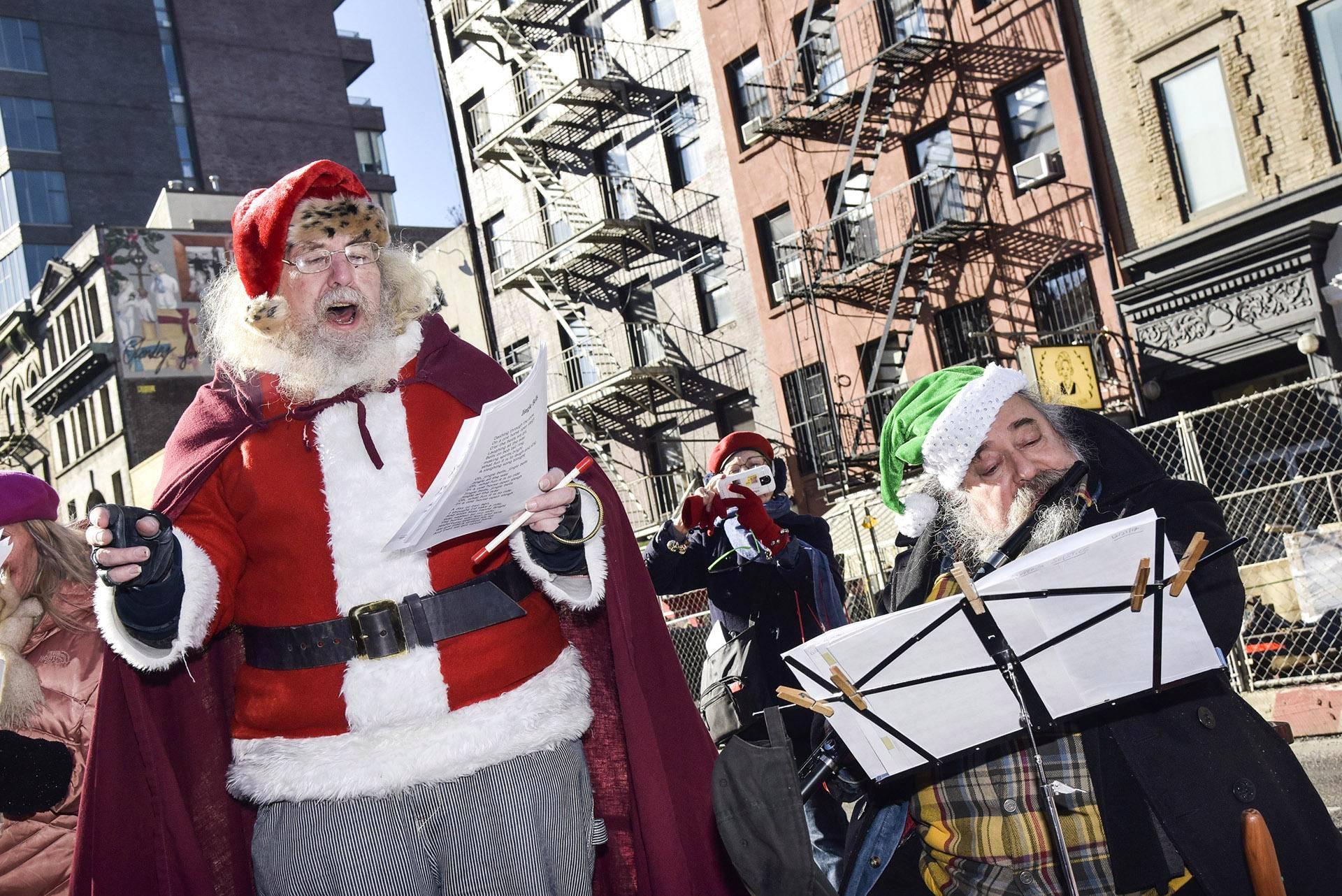 Joulupukki ja apuri esittivät joululauluja New Yorkin Petrosino Squarella.