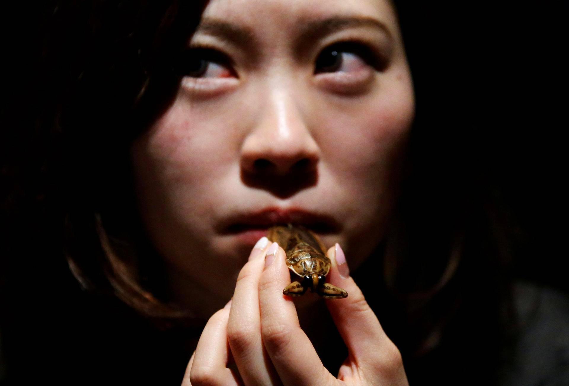 Nainen yritti maistaa vesiludetta ravintolassa Tokiossa.