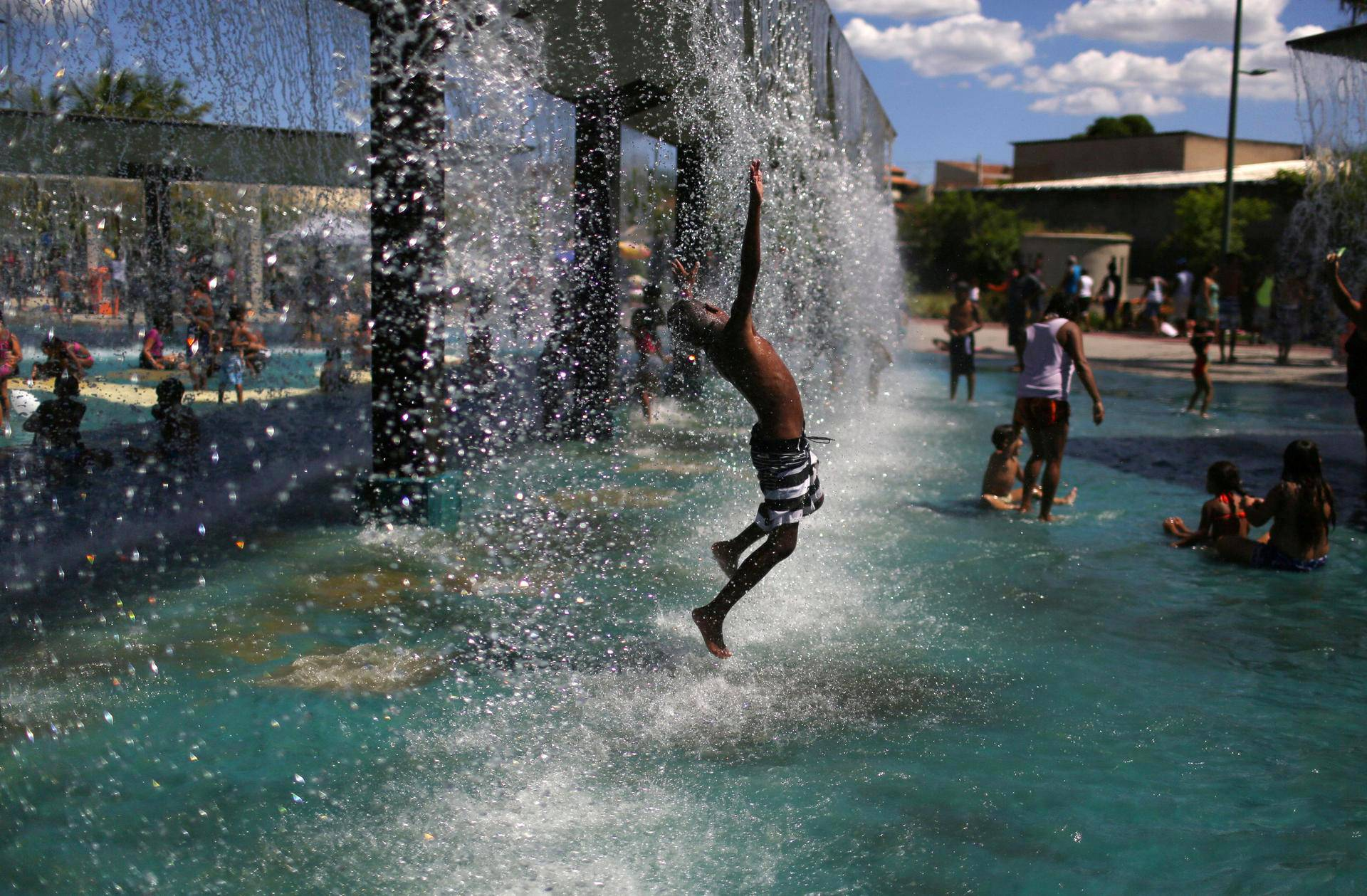 Lapsi leikki Madureiran puistossa Rio de Janeirossa.