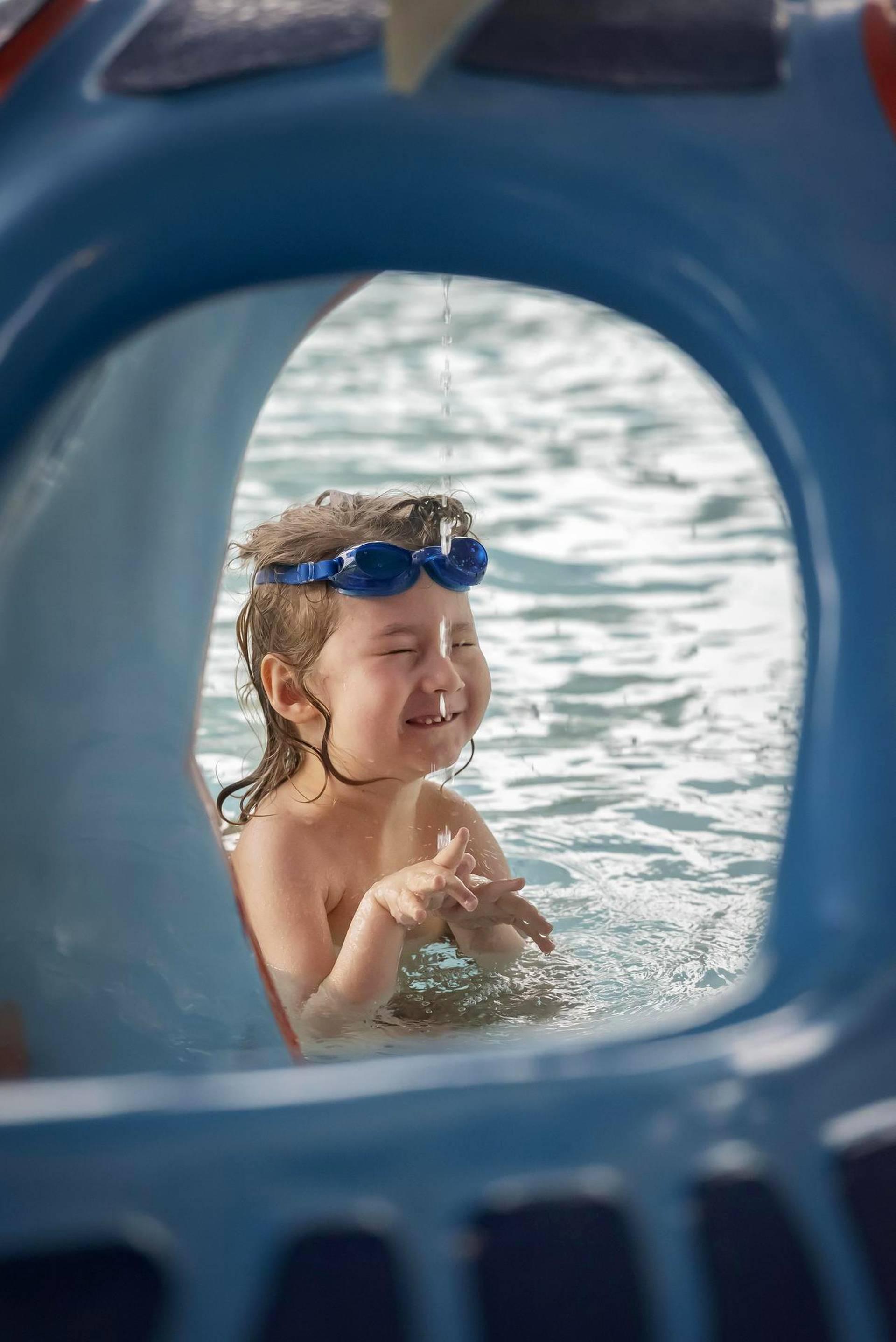 Harvinaista lihassairautta sairastava Lucas Räisänen harrastaa uintia ja on alkanut jopa sukeltaa.