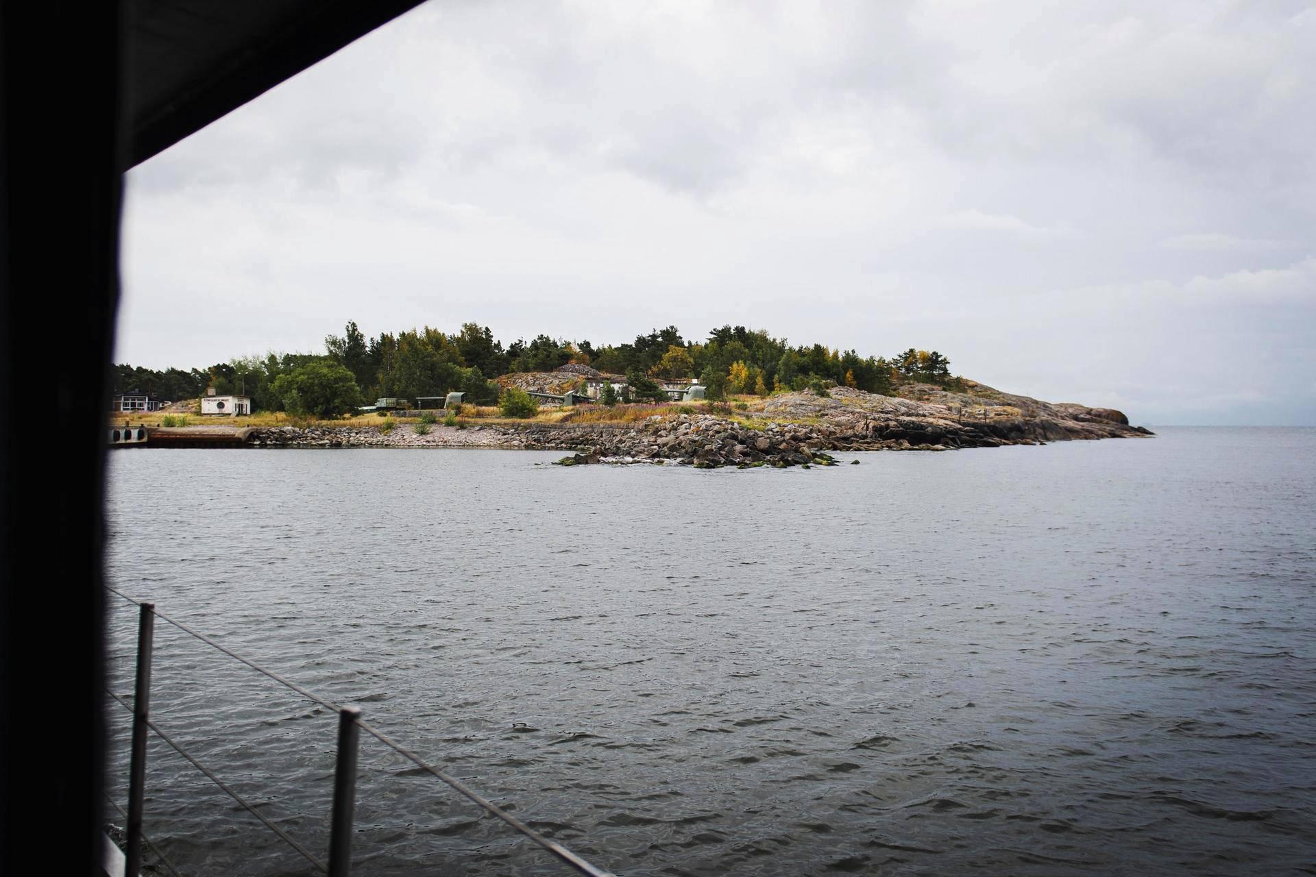 Kuivasaari sijaitsee Isosaaren ja Harmajan välissä. Saari on noin 600 metriä pitkä ja 300 metriä leveä.
