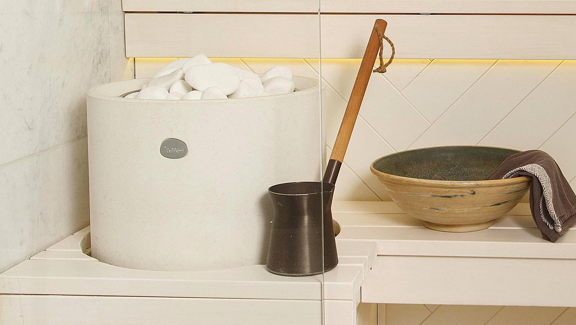 Minisauna on täysin valkoinen ja siksi ilmavan ja raikkaan oloinen. Ikkuna lauteiden yläpuolella on olohuoneeseen.
