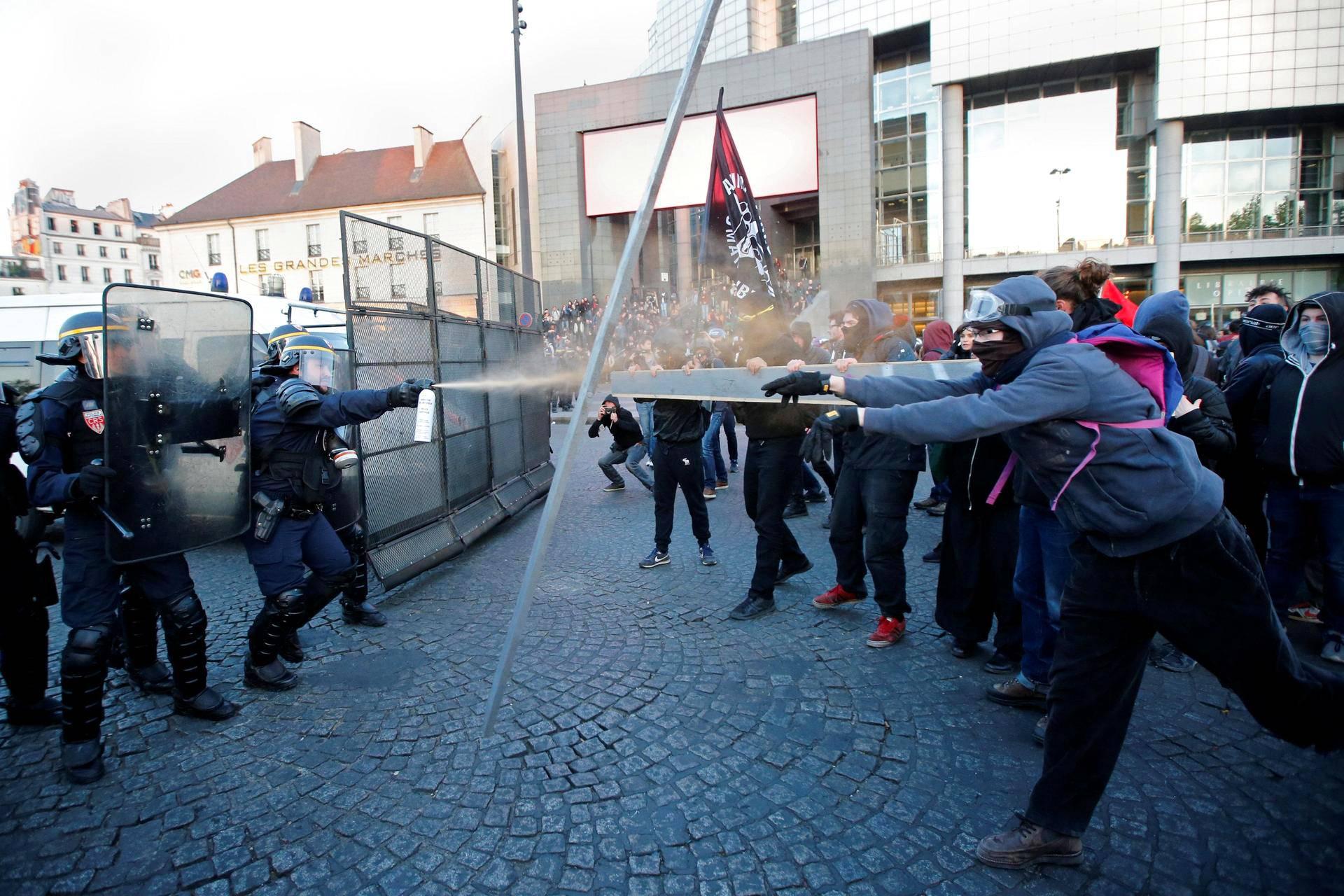 Mellakkapoliisit ottivat yhteen mielenosoittajien kanssa presidentinvaalien alla Pariisissa.