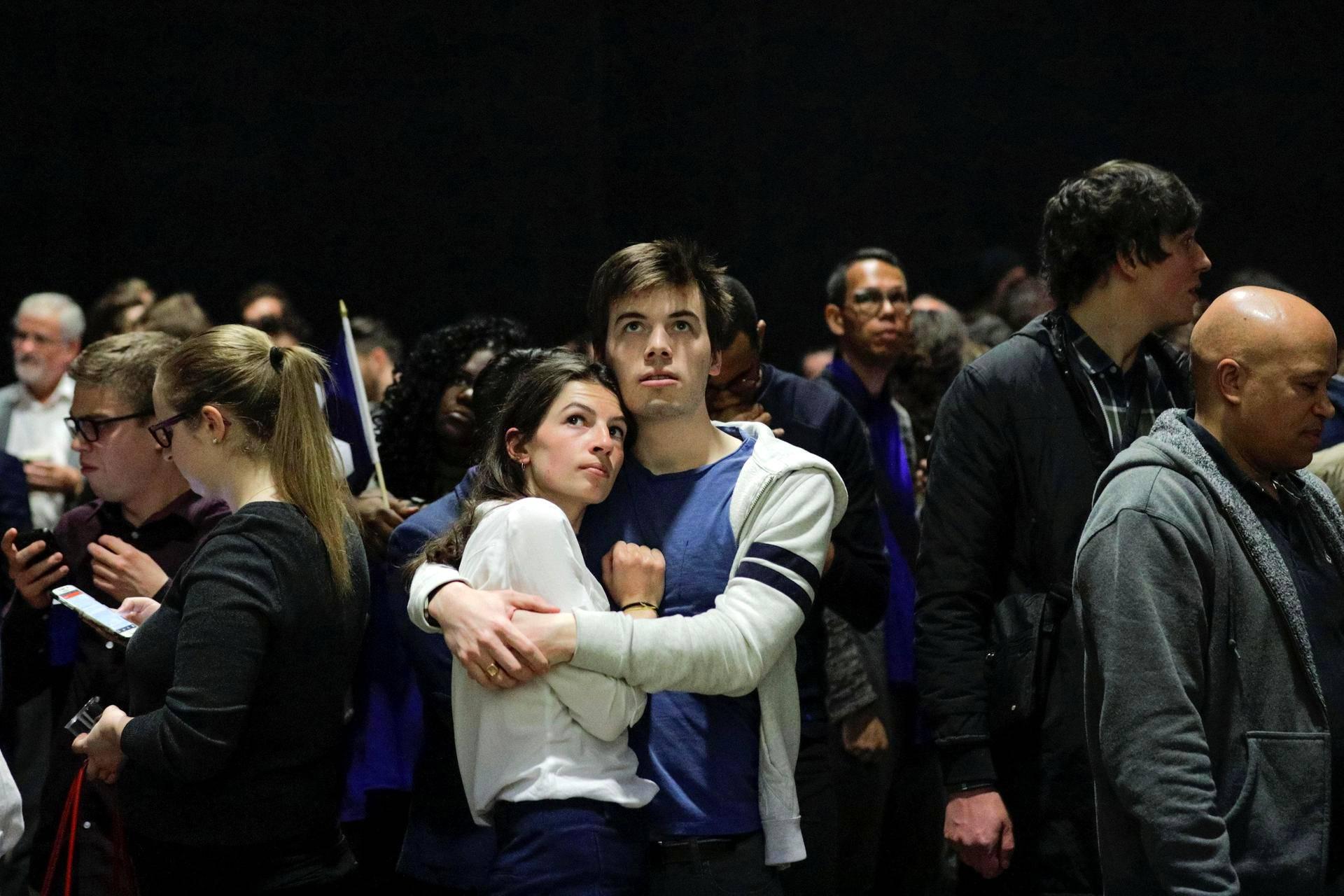 Nuoripari seurasi Ranskan presidentinvaalien ääntenlaskentaa Montrealissa Kanadassa.