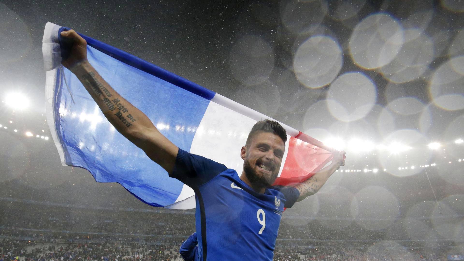 Kaksi maalia tehnyt Olivier Giroud juhli Ranskan lipun kanssa puolivälierävoittoa.