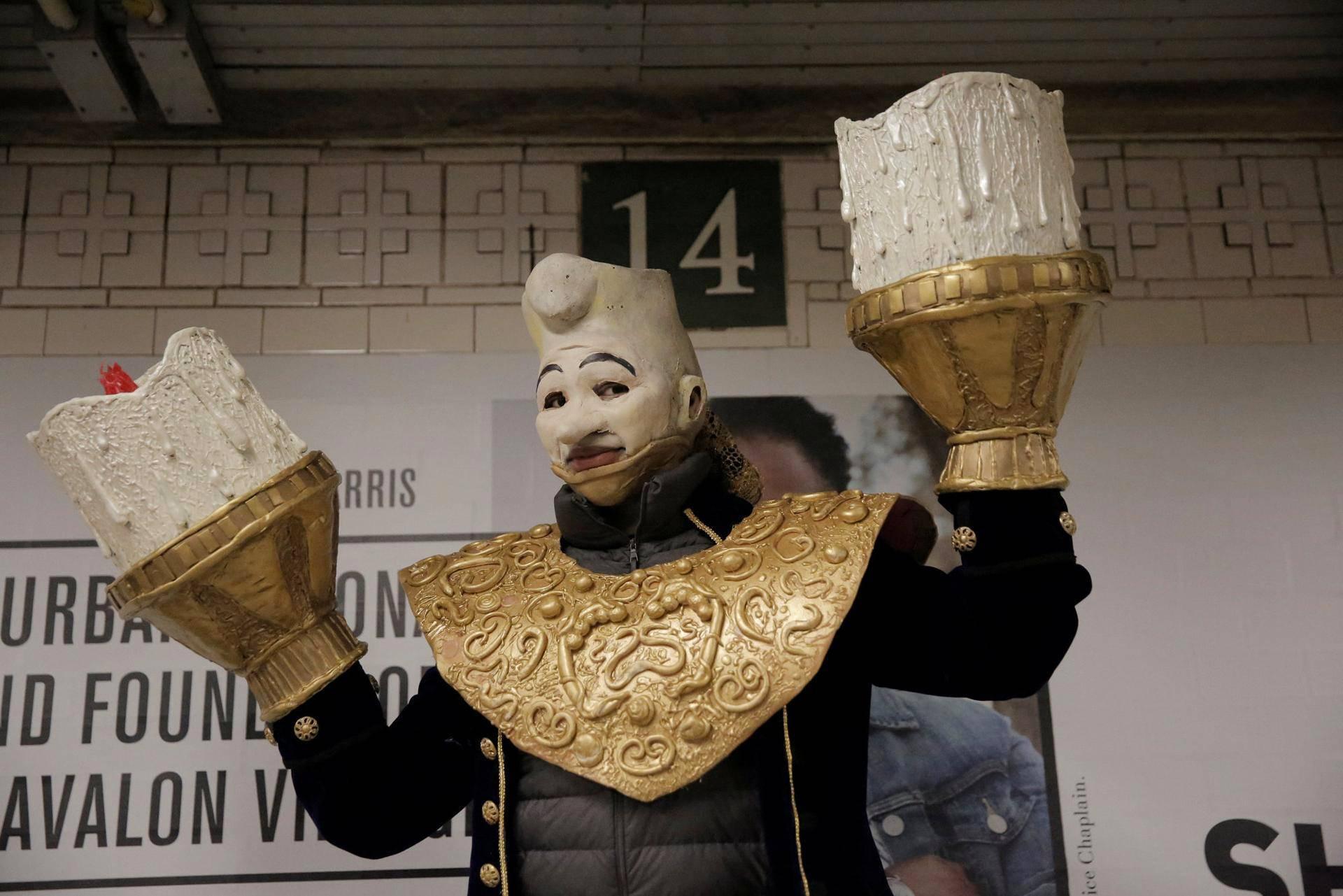 Kaunotar ja hirviö -elokuvan Lumièreksi pukeutunut matkustaja Manhattanin metrossa.