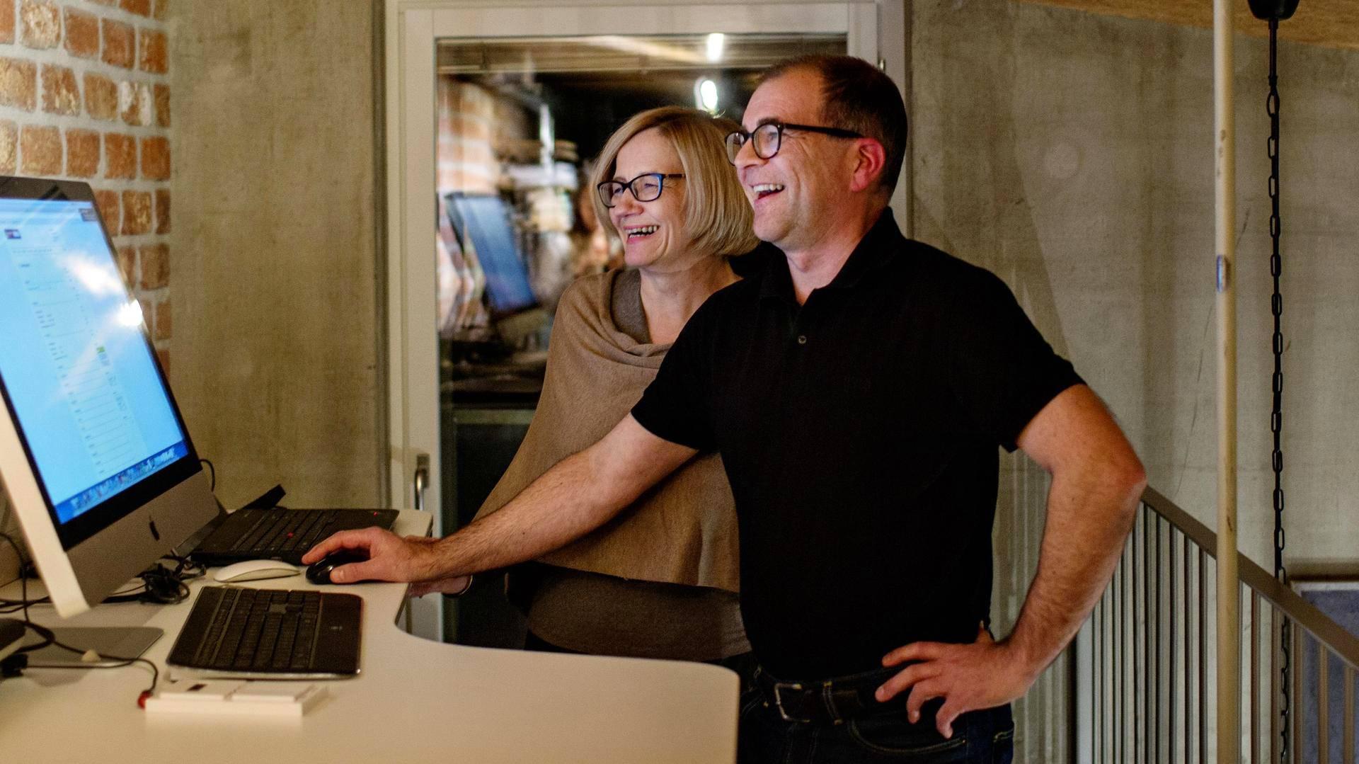 Riitta ja Jari Bergström voivat seurata kotinsa sähkön- ja vedenkulutusta tietokoneelta.
