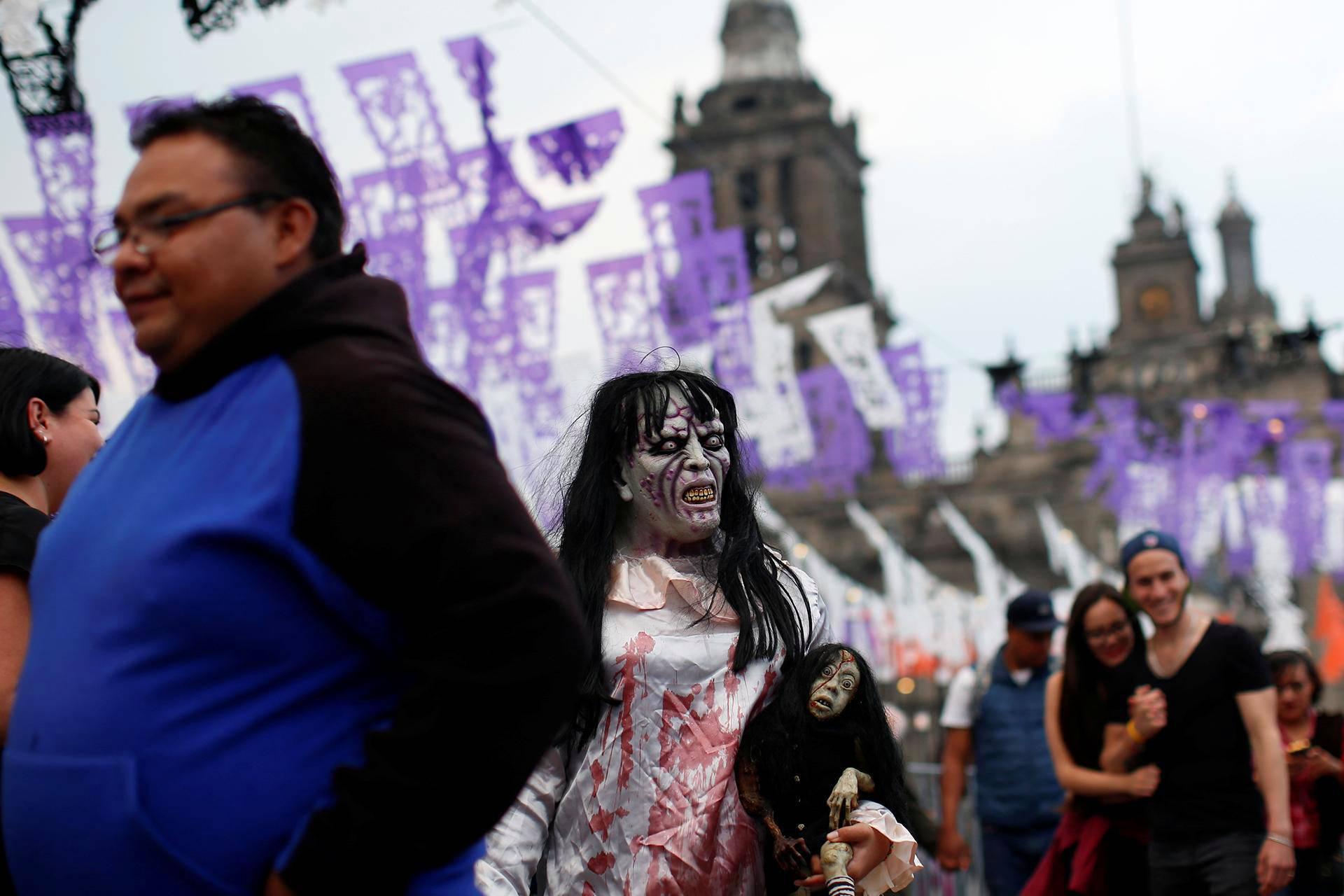 Halloween-juhlintaa Zócalo-aukiolla Méxicossa.