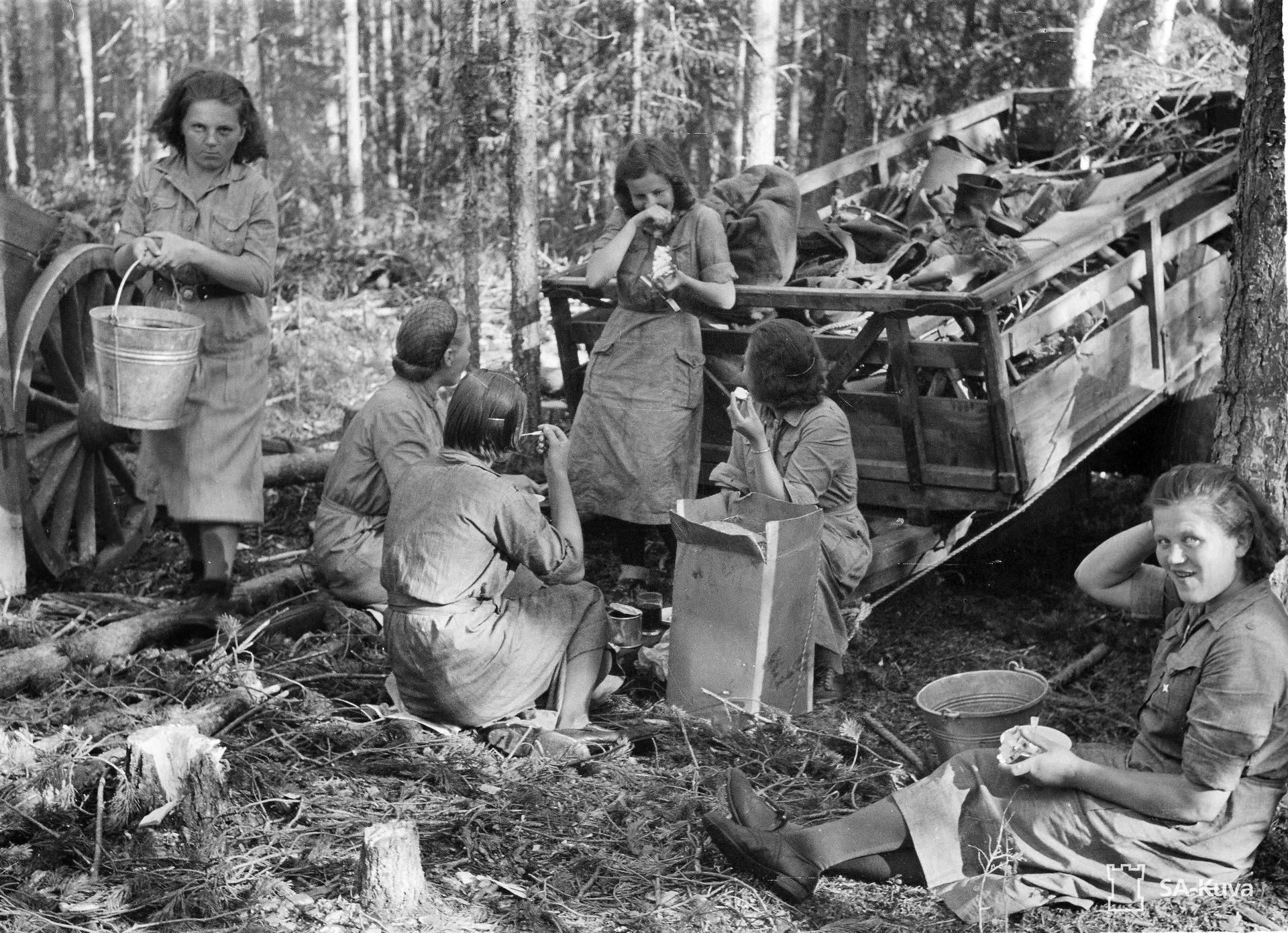 Lotat viettivät ruokailutaukoa Kiestingin Tuhkapatuna-Kananaisen alueella heinäkuussa 1941.