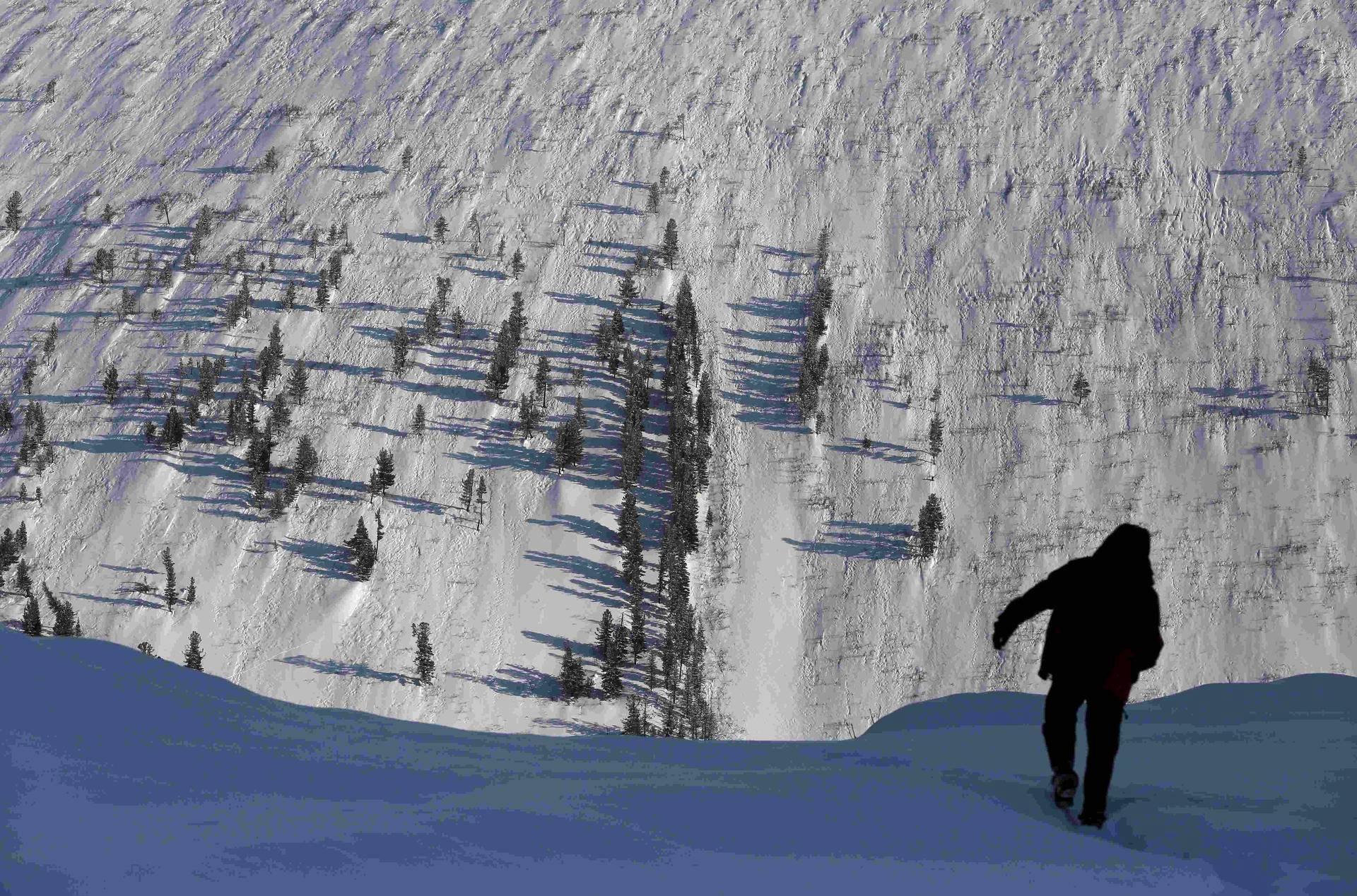 Mies käveli lumisella rinteellä siperialaisella Sajan-vuorella torstaina.