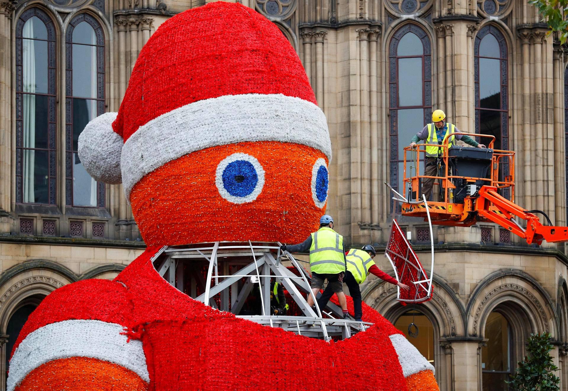 Ison-Britannian Manchesterissa rakennettiin valtavaa joulupukkia lokakuun viimeisenä päivänä.