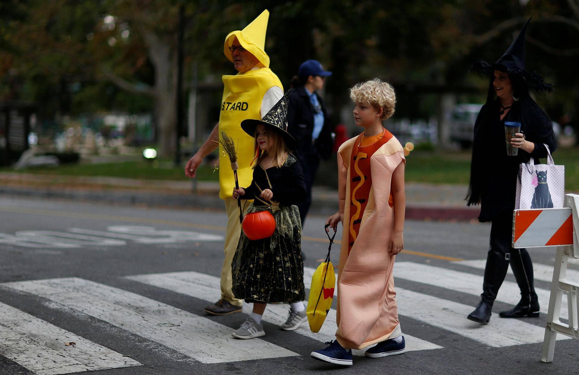 Noidaksi, sinappipulloksi ja nakkisämpyläksi pukeutuneet jalankulkijat keräsivät herkkuja Sierra Madressa Kaliforniassa.