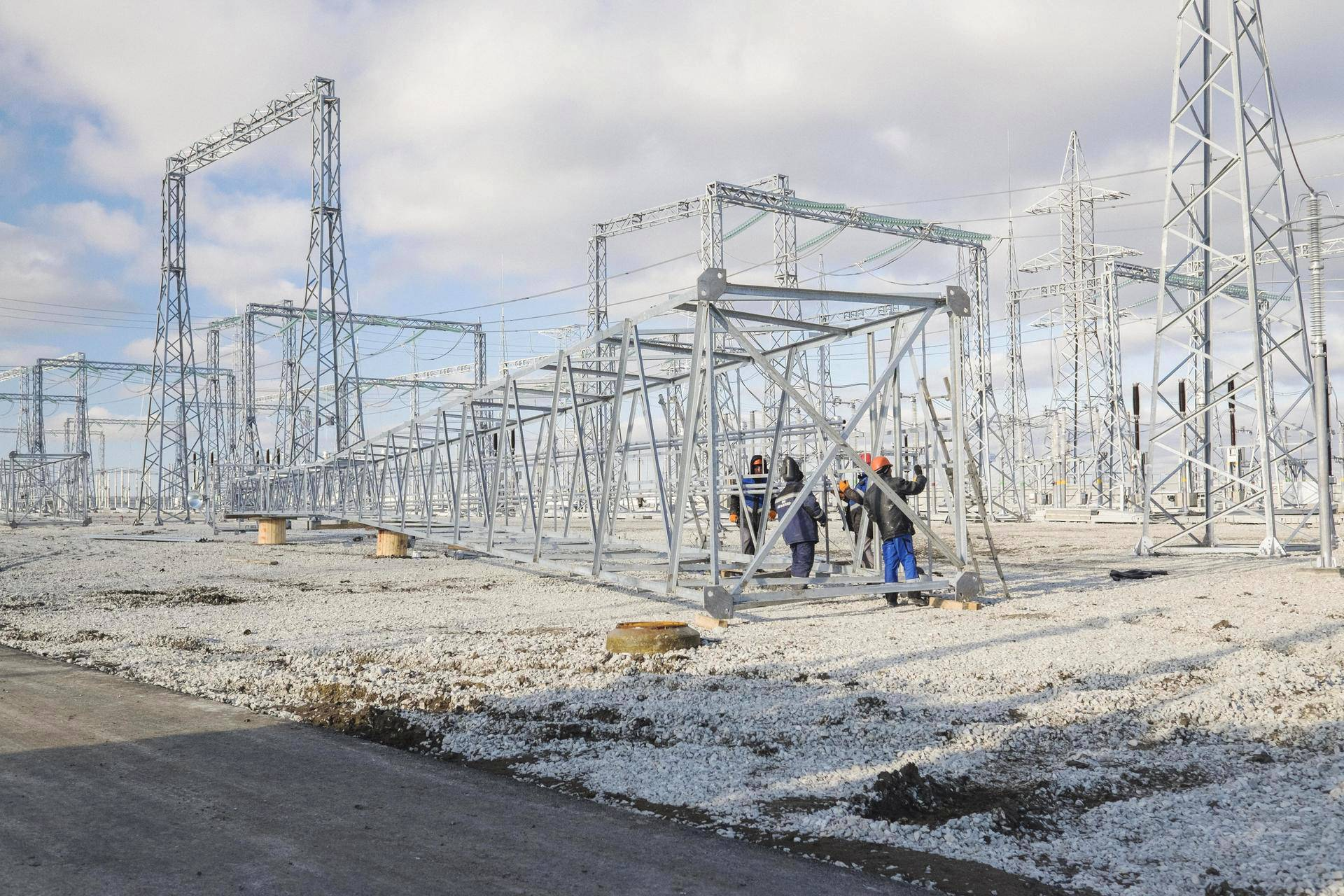 Baškirialaiset työmiehet pystyttivät keskiviikkona uutta sähköasemaa Feodosian luoteispuolella Krimillä.