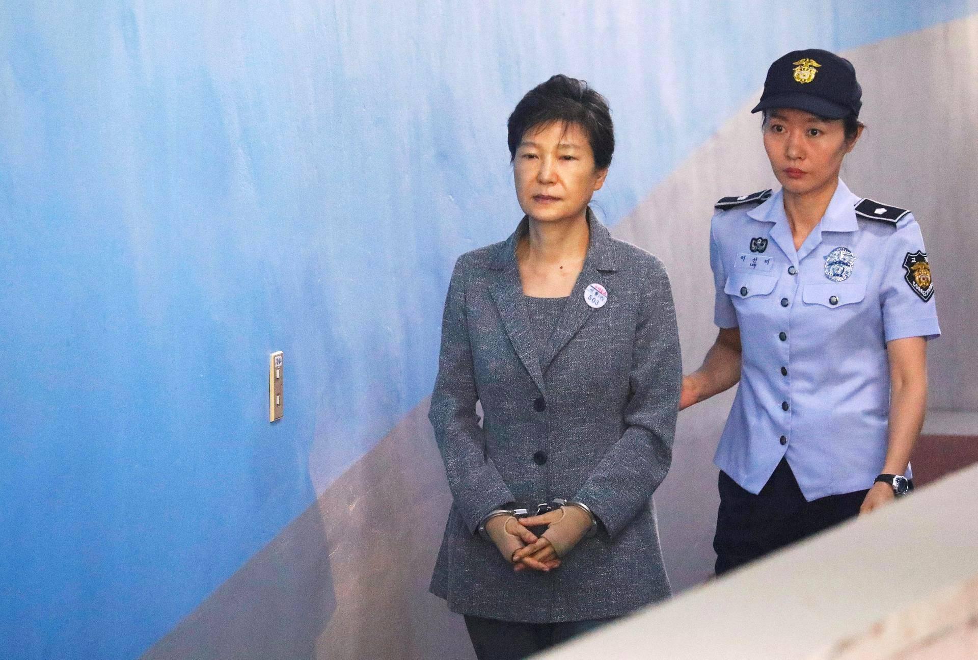 Etelä-Korean karkoitettu johtaja Park Geun-hye saapui oikeuteen Soulissa.