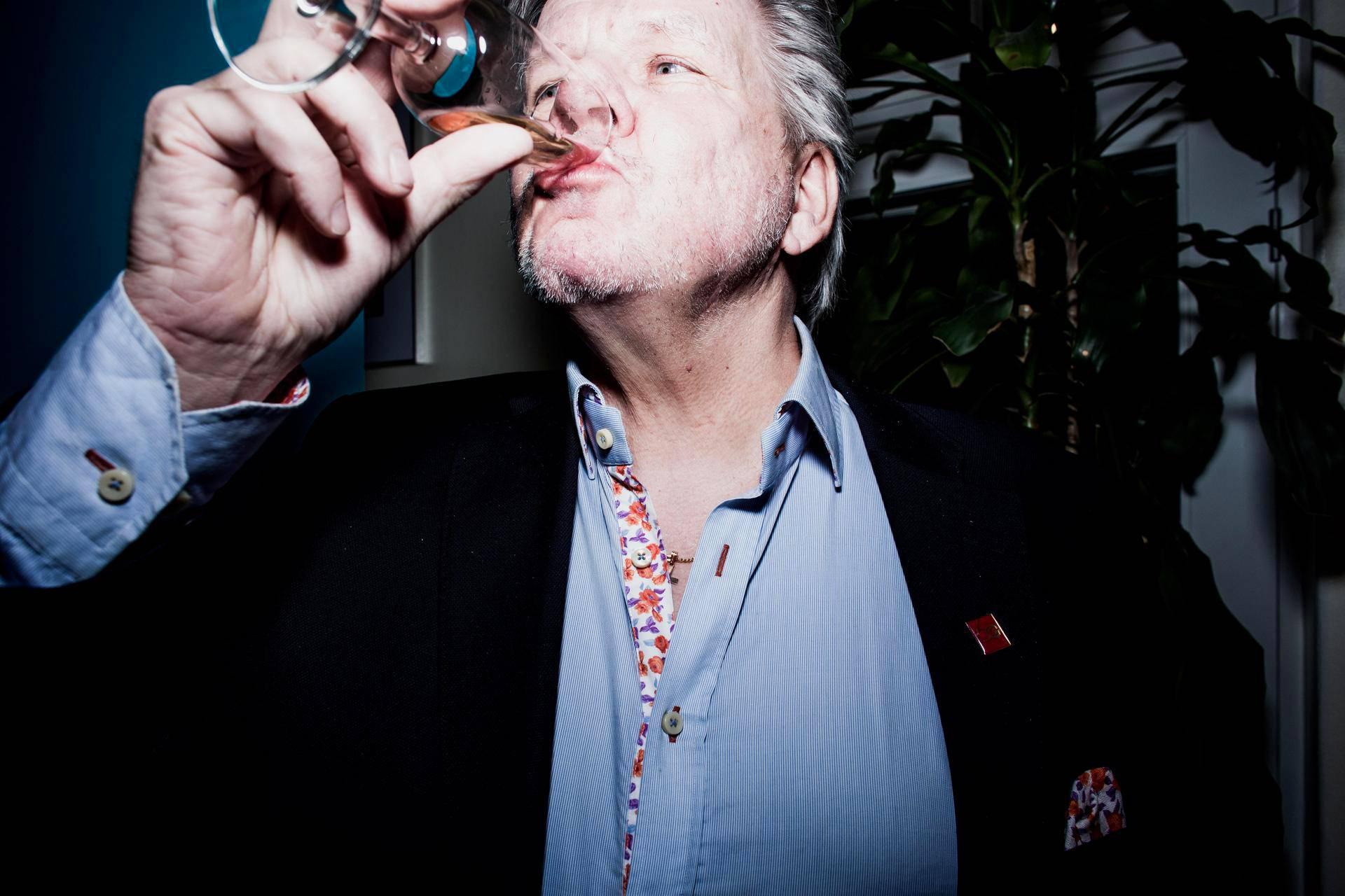 Ahola Transportin toimitusjohtaja Hans Ahola juhlisti pörssiin liittymistä juomalla lasillisen alkoholitonta kuusenkerkästä tehtyä kuohuviiniä.