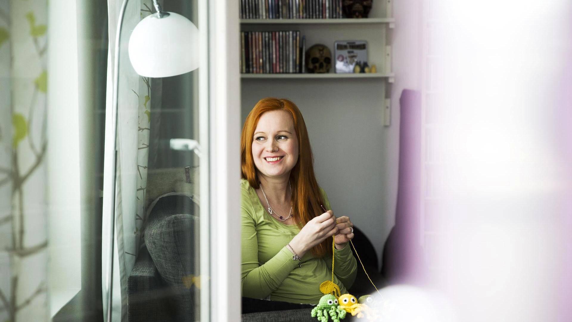 Annika Pakkanen virkkasi ensimmäisen turvalonkeron keskosena syntyneelle tyttärelleen.