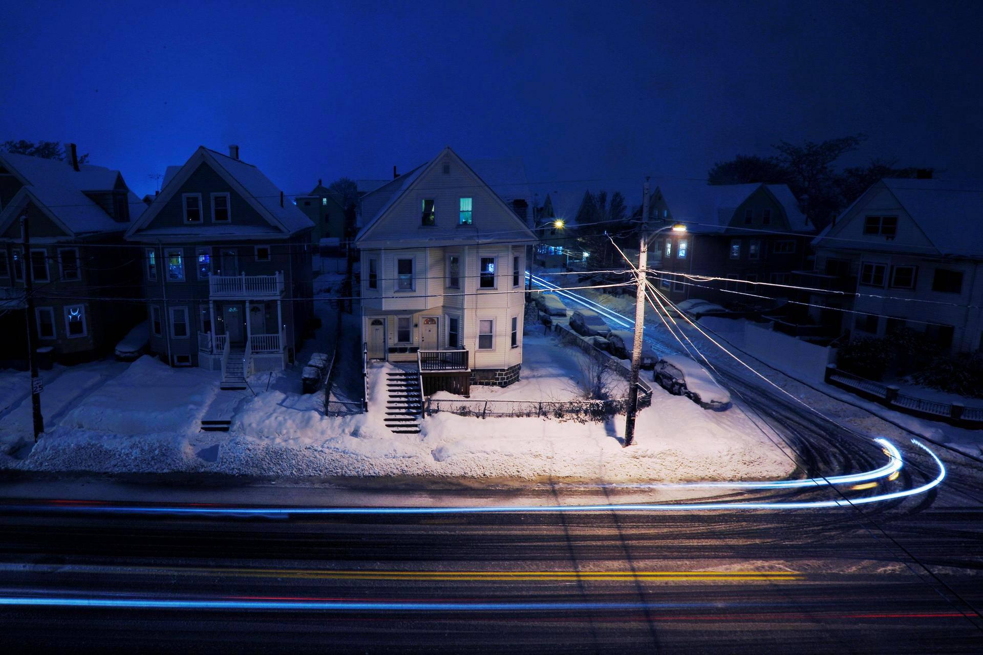 Autojen valot jättivät juovia talvisessa Medfordissa Yhdysvaltain Massachusettsissa.