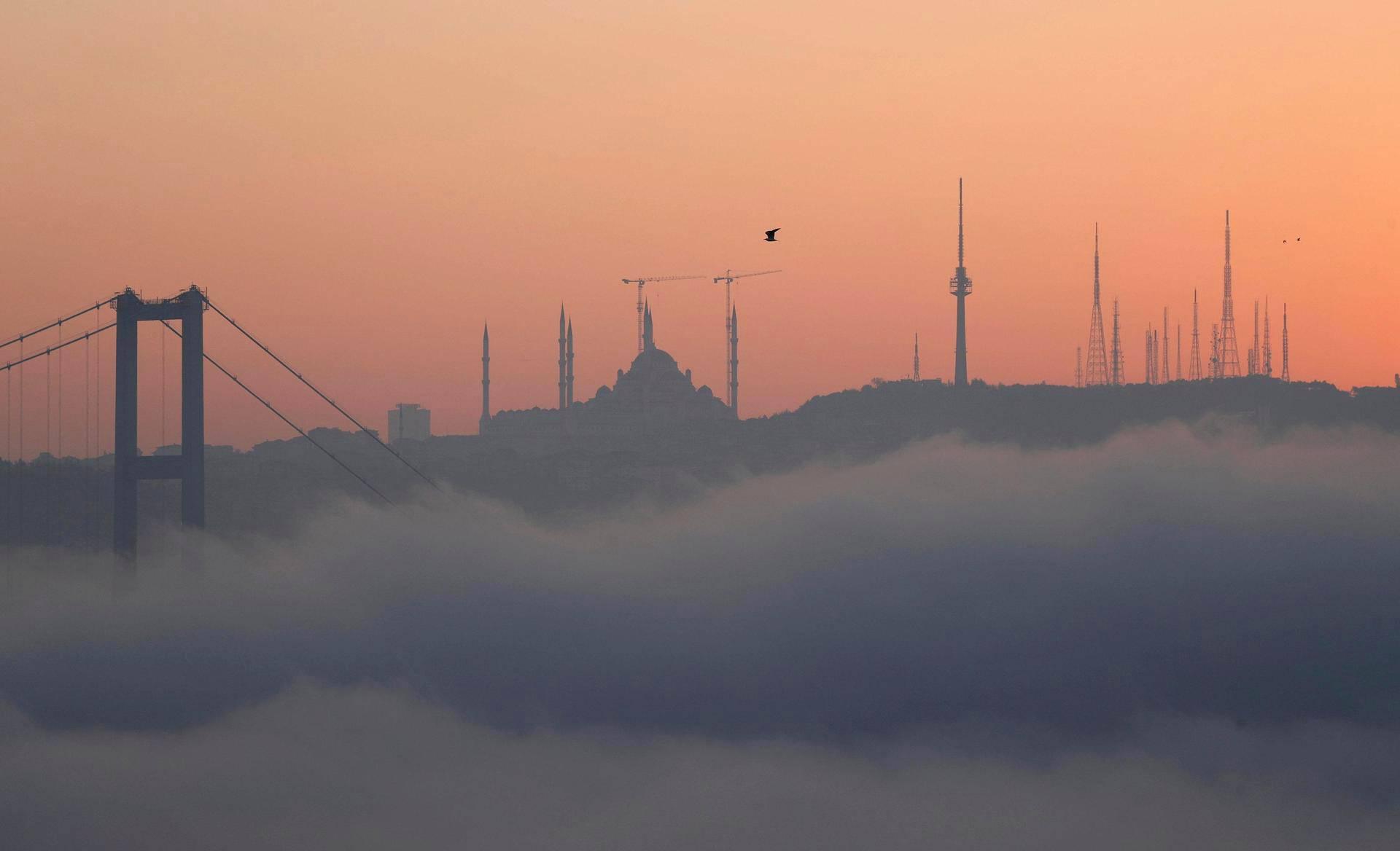 Bosporinsilta peittyi sumuun Istanbulissa tiistaina.